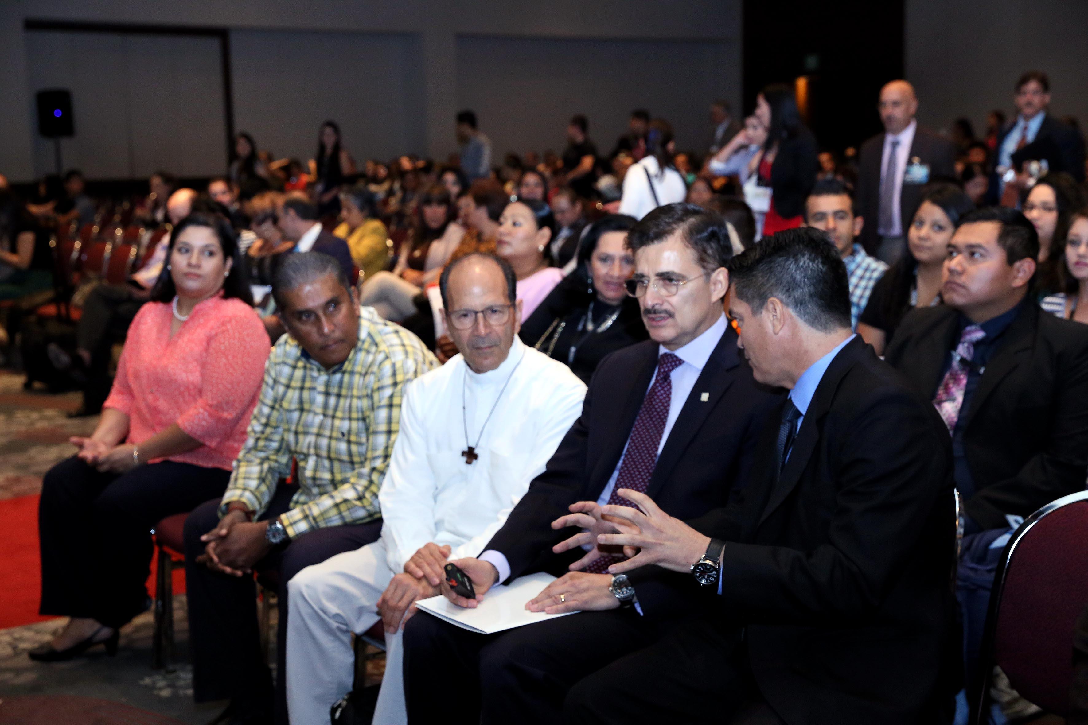 Publico asistente y Rector general de la universidad de Guadalajara