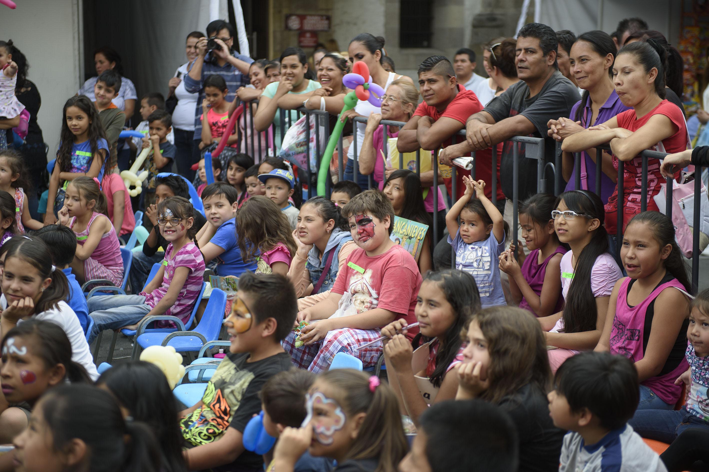 Niños pintados de la cara, en las instalaciones de la biblioteca iberoamericana