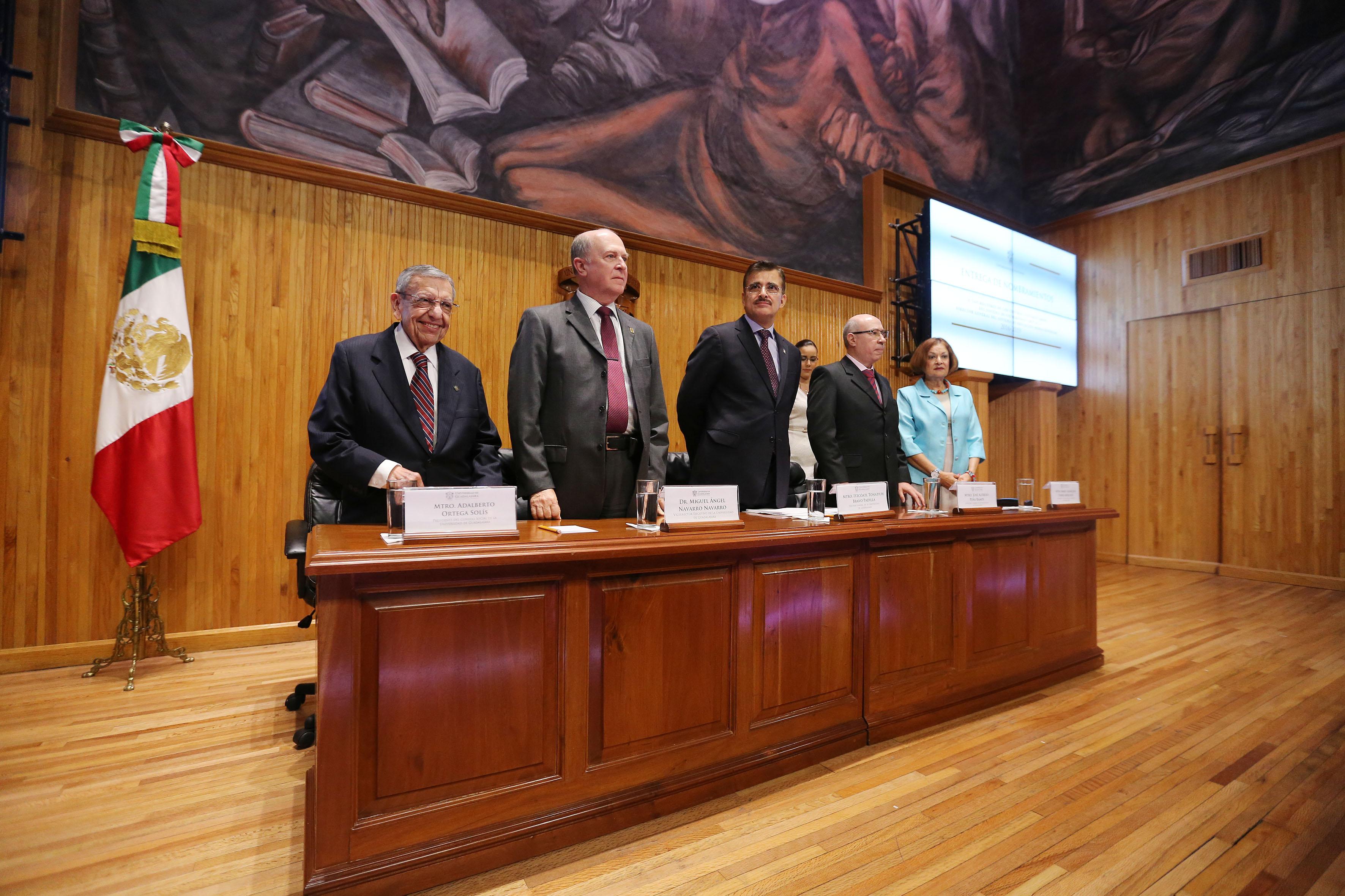 Máximas autoridades universitarias de la UdeG, de pie, durante ceremonia de entrega de nombramientos de Rectores de centros universitarios y directores del SEMS y SUV.