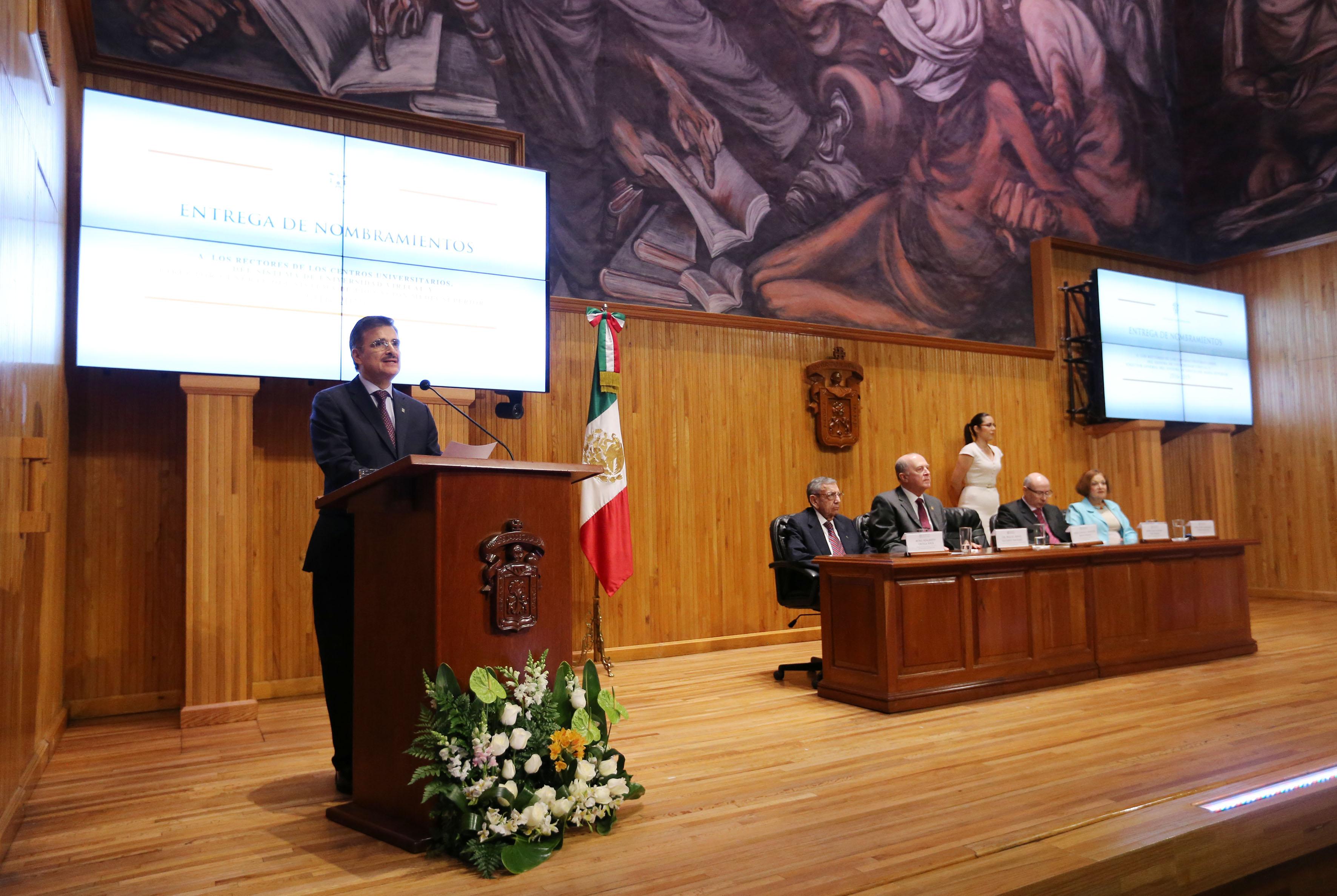 Maestro Itzcóatl Tonatiuh Bravo Padilla, Rector General de la UdeG, en podium del Paraninfo Enrique Díaz, haciendo uso de la palabra.