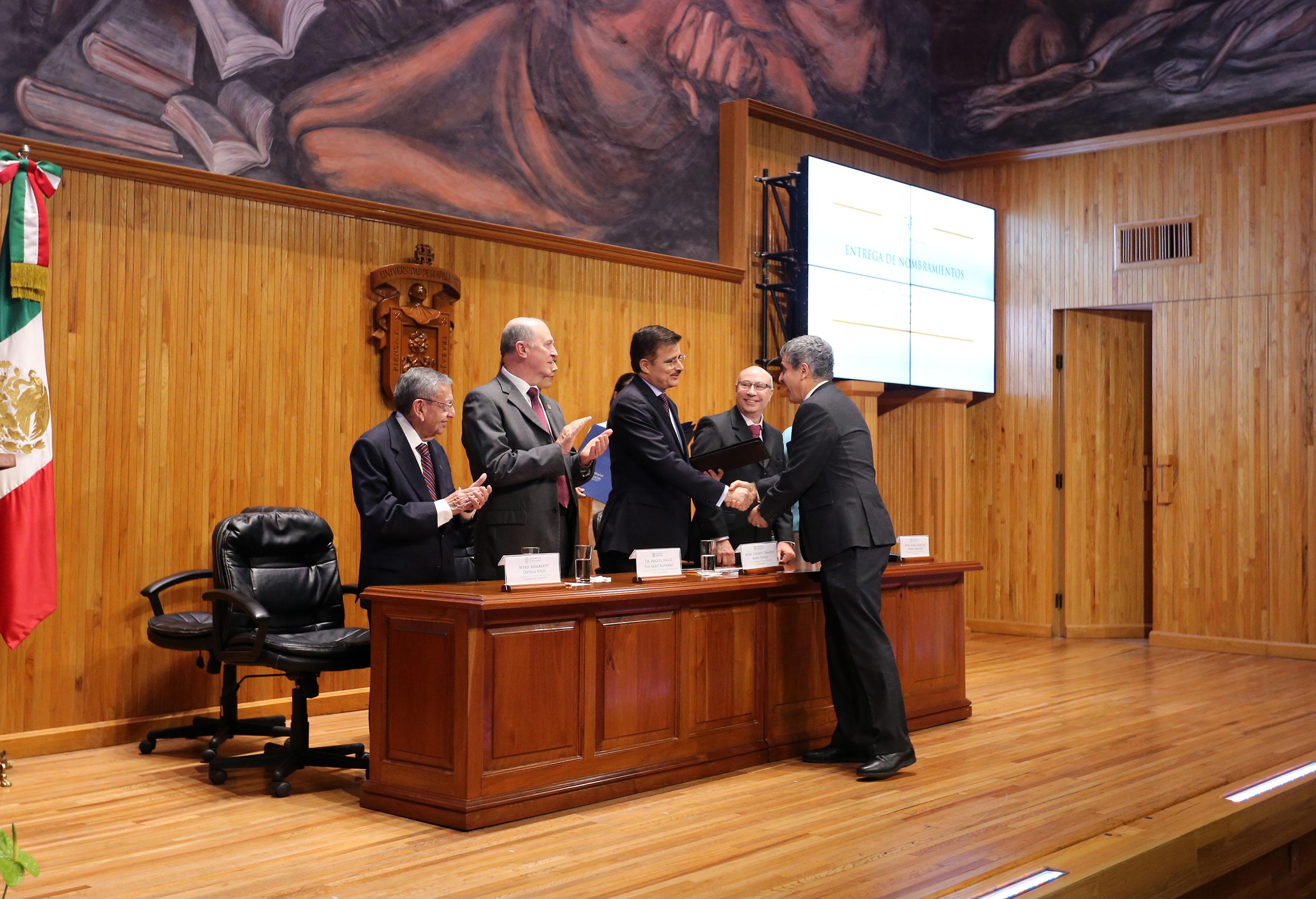 Maestro Itzcóatl Tonatiuh Bravo Padilla, Rector General de la UdeG, felicitando y entregando rectificación de su nombramiento como Rector del CUCSH al Doctor Héctor Raúl Solís Gadea.