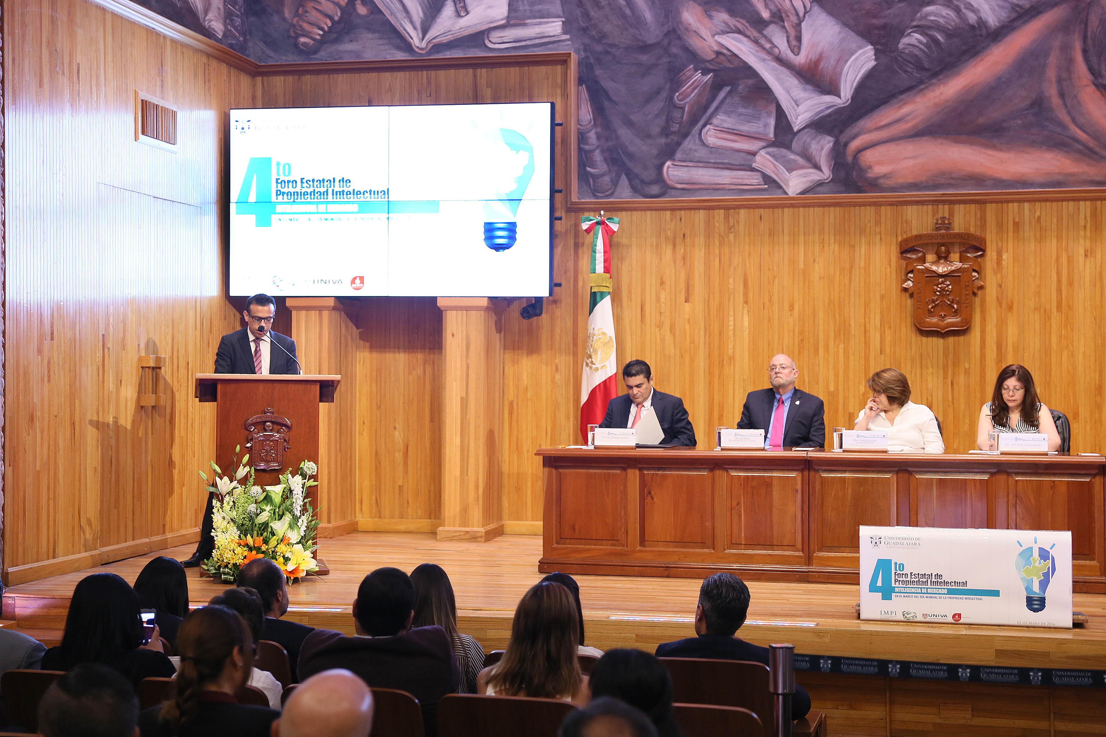 Ponente haciendo uso de la palabra en el 4to Foro Estatal de Propiedad Intelectual organizado por la Coordinación de Vinculación y Servicio Social de la Universidad de Guadalajara y la Universidad del Valle de Atemajac.