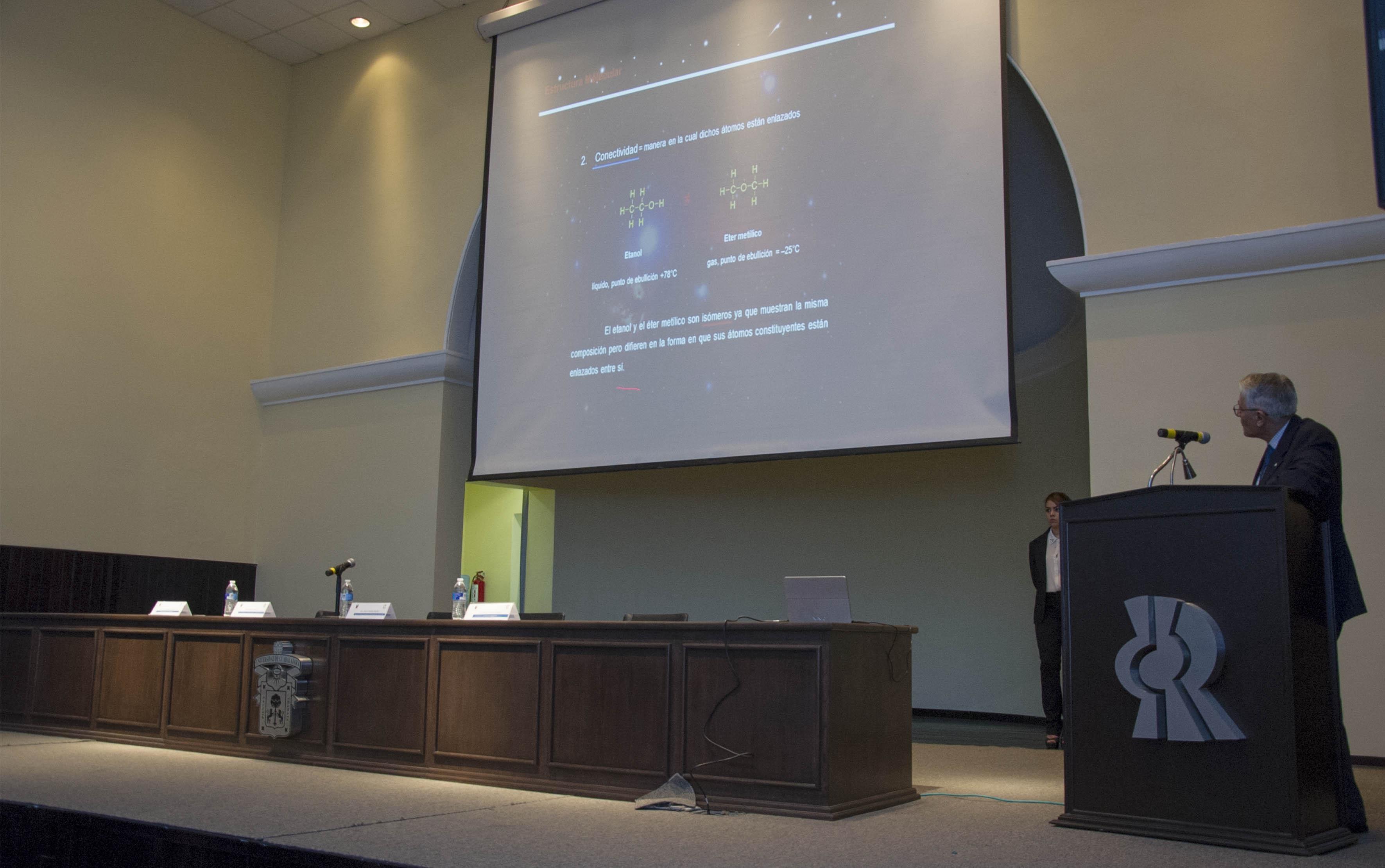 Quimico mexicano Eusebio Juaristi Cosío, haciendo uso de la palabra durante su conferencia