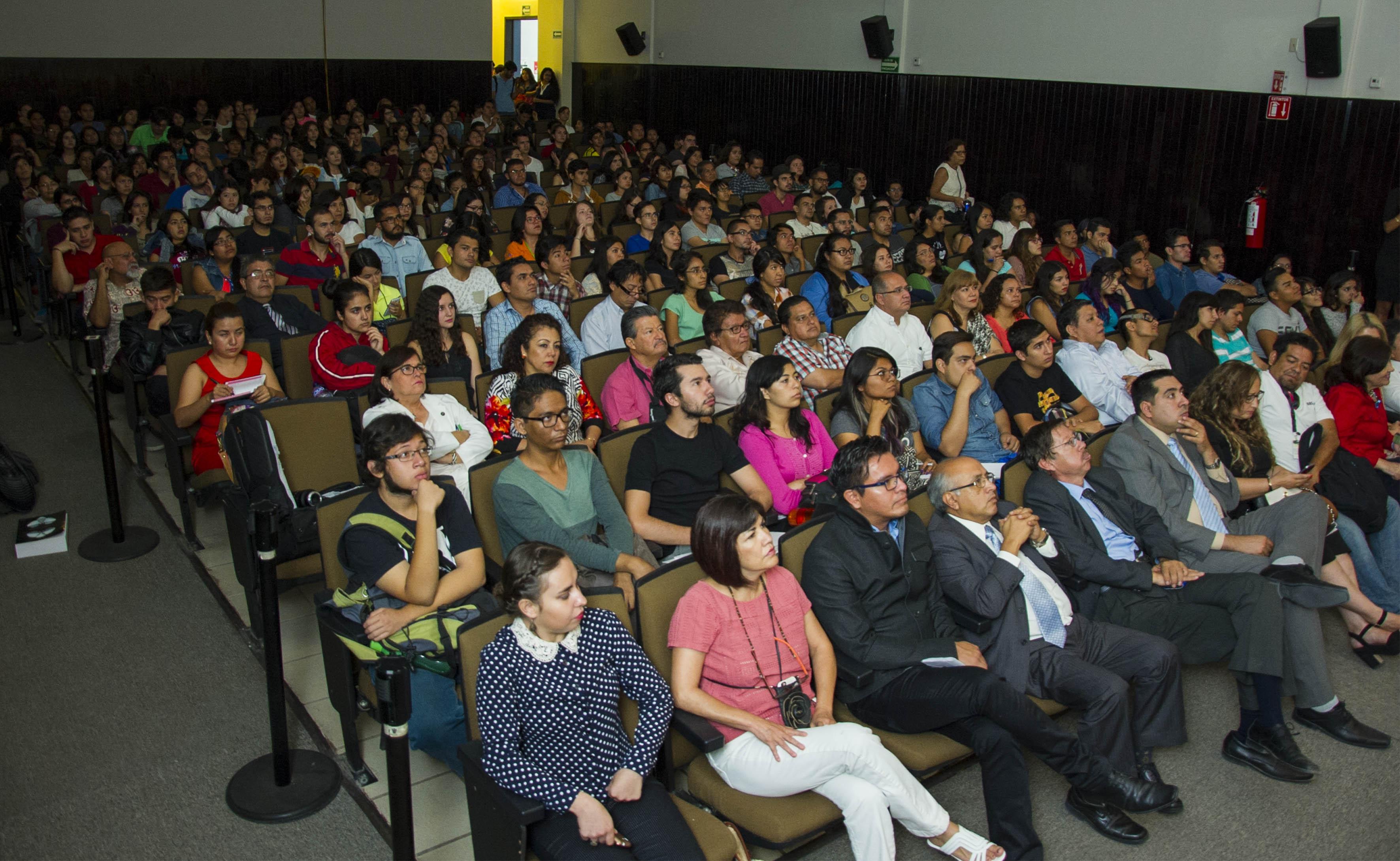 Publico asistente a la conferencia del quimico mexicano Eusebio Juaristi Cosío