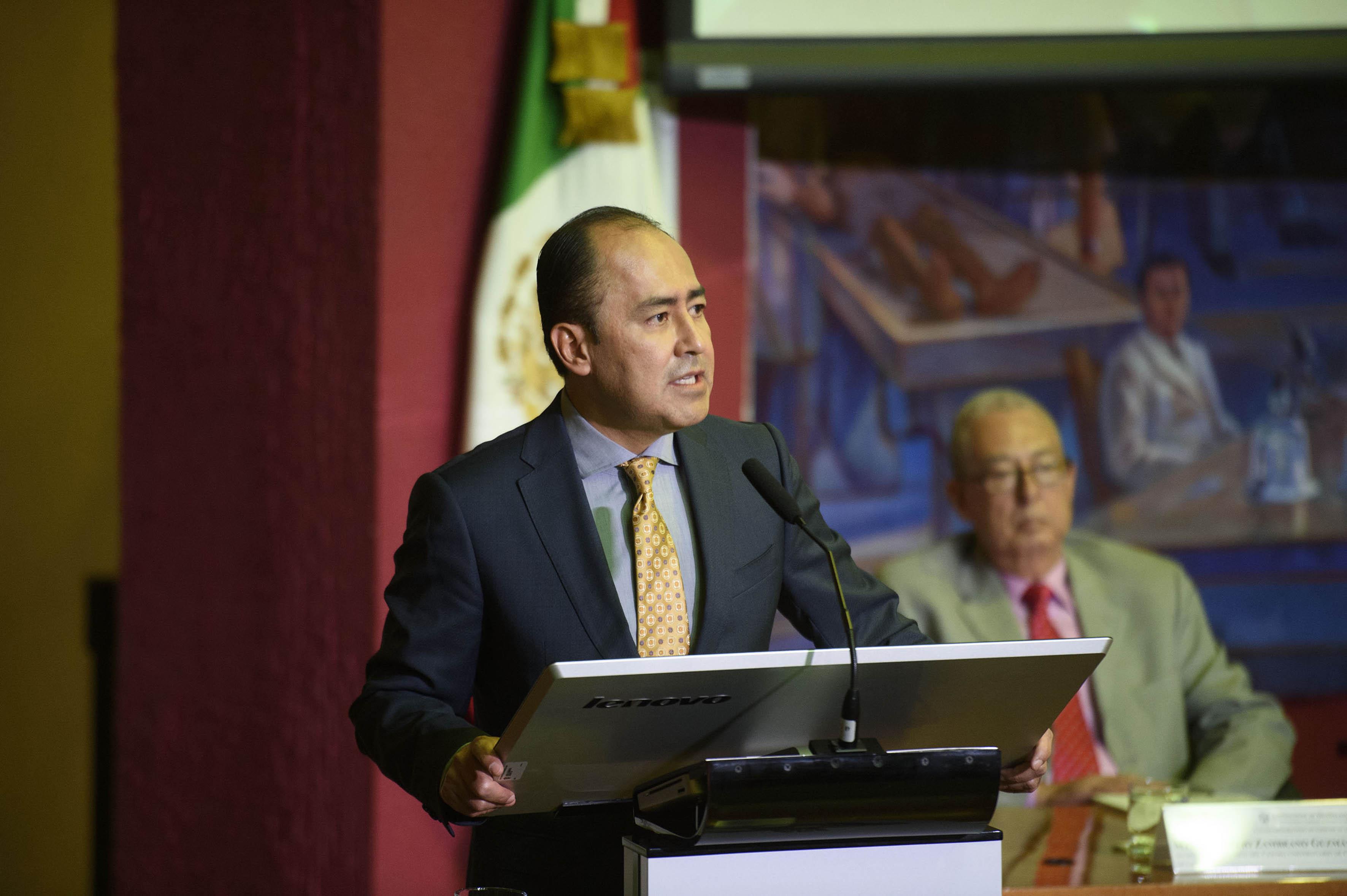 Dr. Jaime Andrade Villanueva.haciendo uso de la palabra en su toma de posesión  de su segunda etapa de rectorado