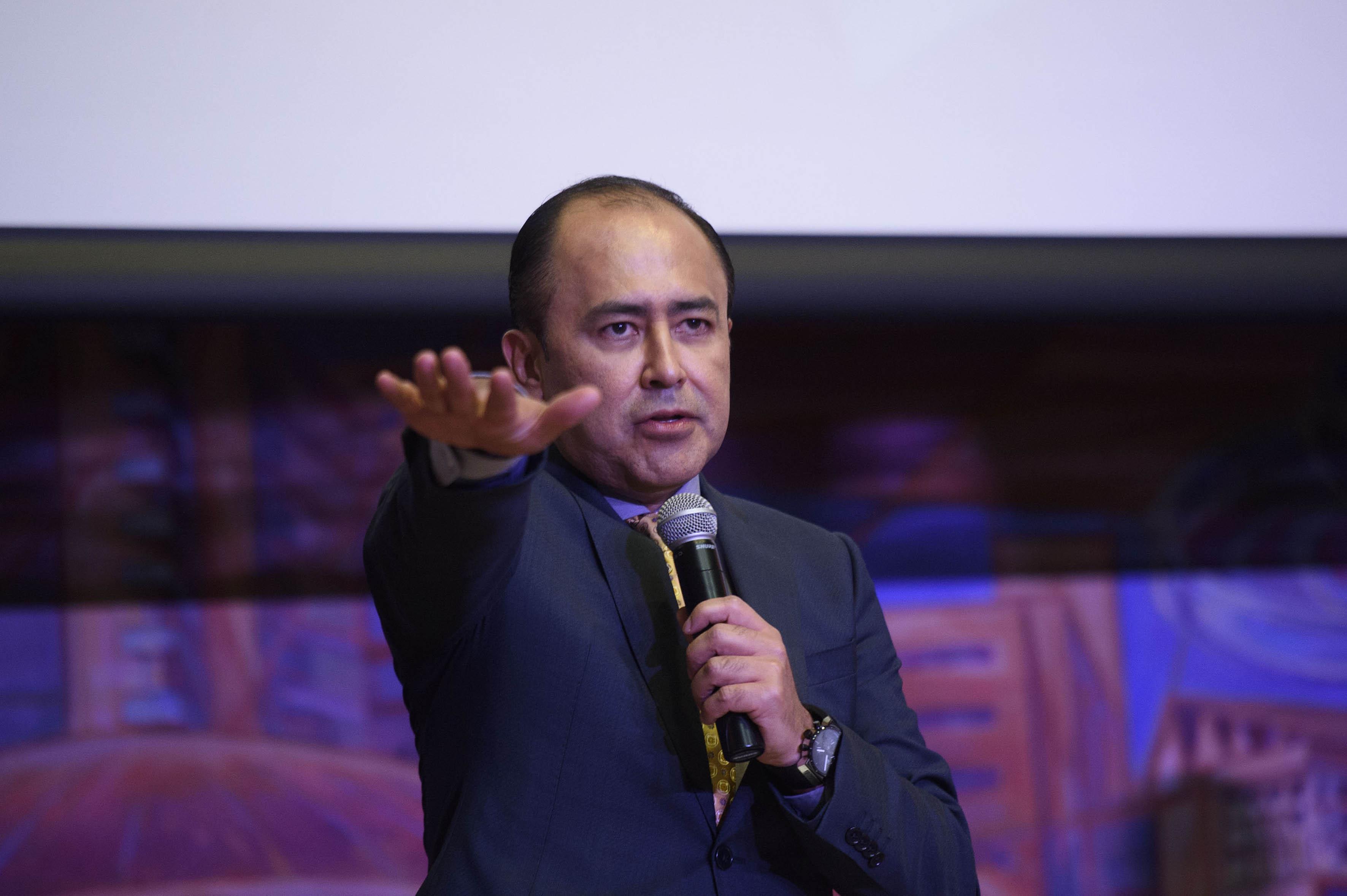 Dr. Jaime Andrade Villanueva haciendo tyoma de protesta