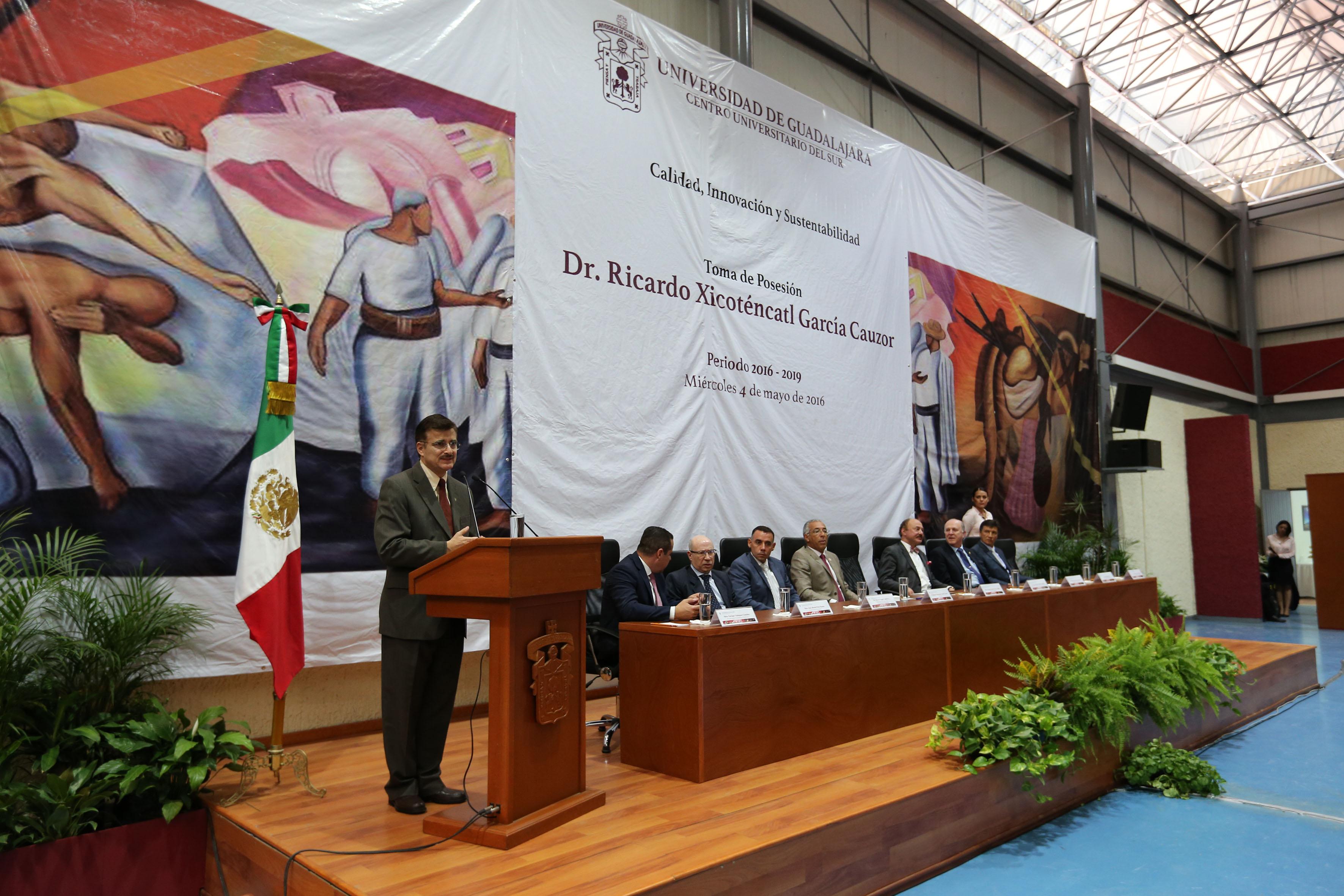 Rector General de la UdeG, maestro Itzcóatl Tonatiuh Bravo Padilla haciendo uso de la palabra