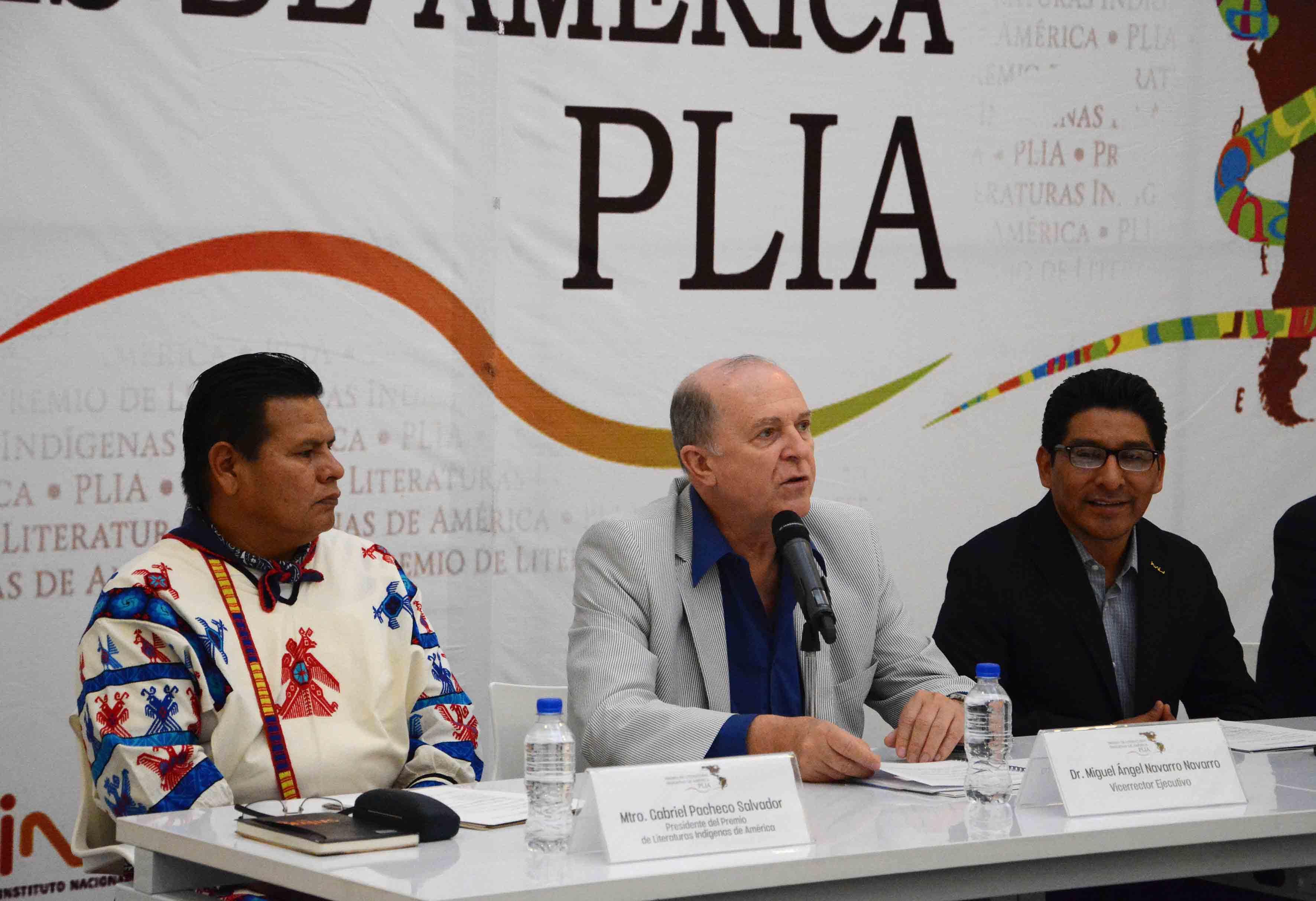 Doctor Miguel Ángel Navarro Navarro, Vicerrector Ejecutivo de la UdeG, con micrófono en panel dando a conocer los pormenores de la convocatoria del premio de Literaturas Indígenas 2016.