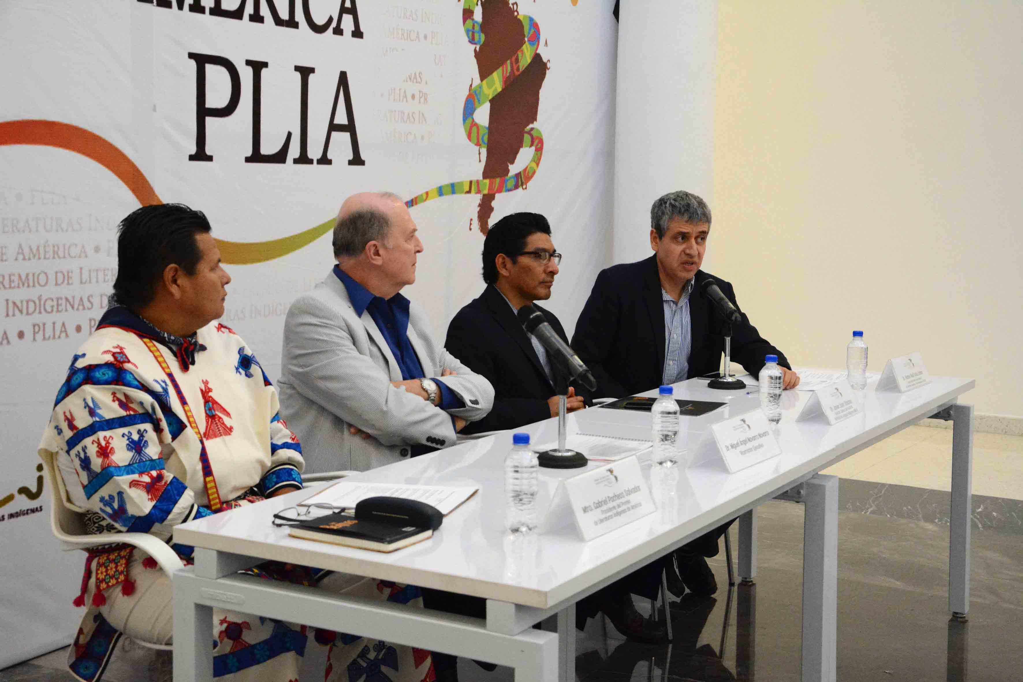 Doctor Héctor Raúl Solís Gadea, Rector del CUCSH, con micrófono en mesa de panel haciendo uso de la palabra.