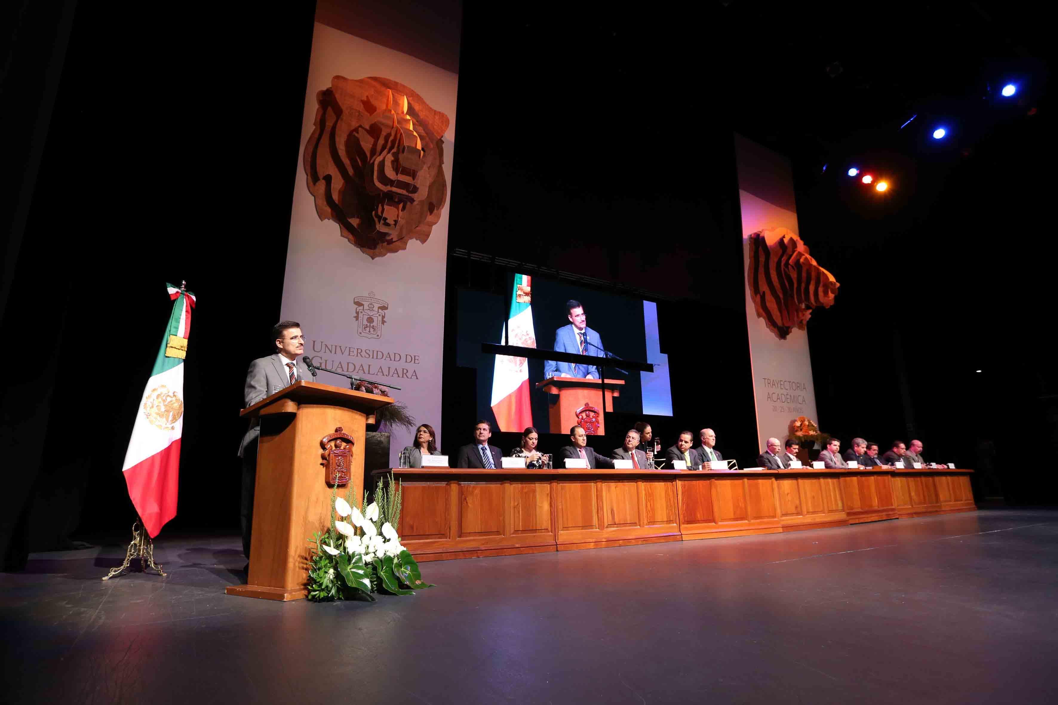 El maestro Itzcóatl Tonatiuh Bravo Padilla, Rector General de la Universidad de Guadalajara  y miembros de presidium