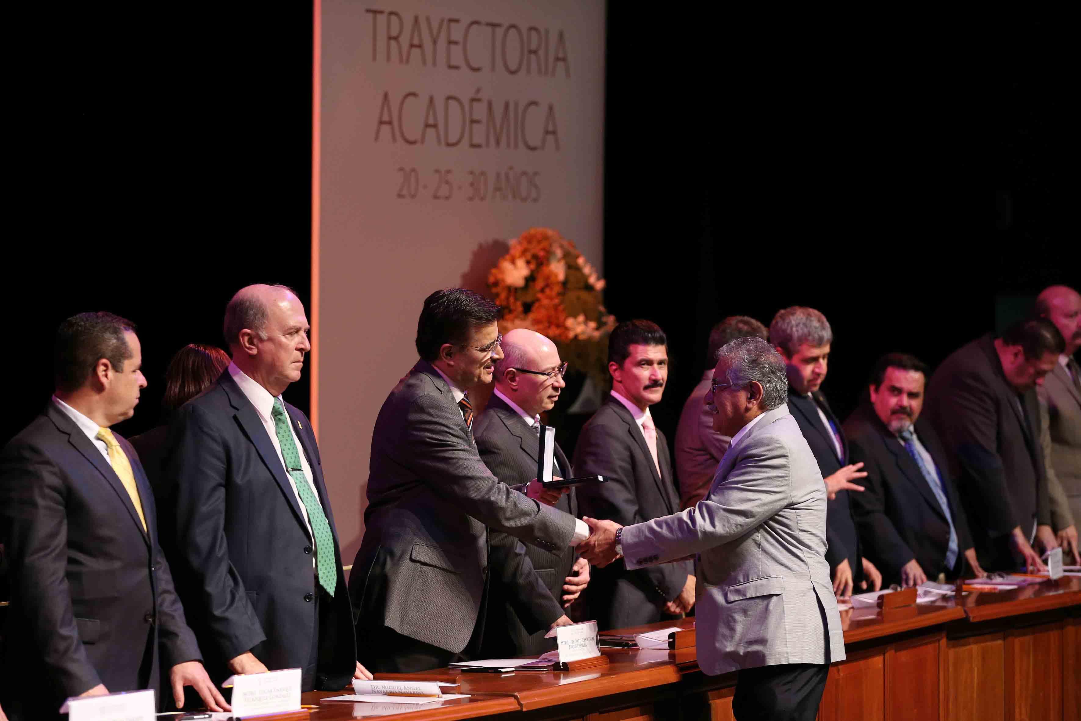 Academico recibiendo reconocimiento