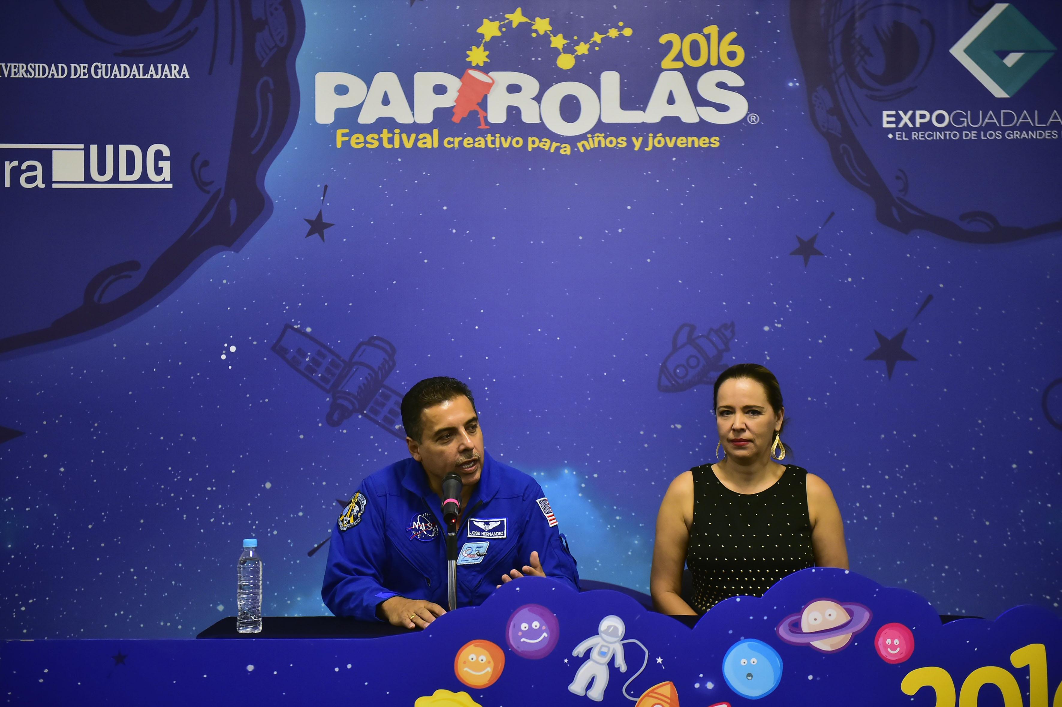 Astronauta méxico-estadounidense José Hernández  participando en conferencia en el evento de Papirolas 2016