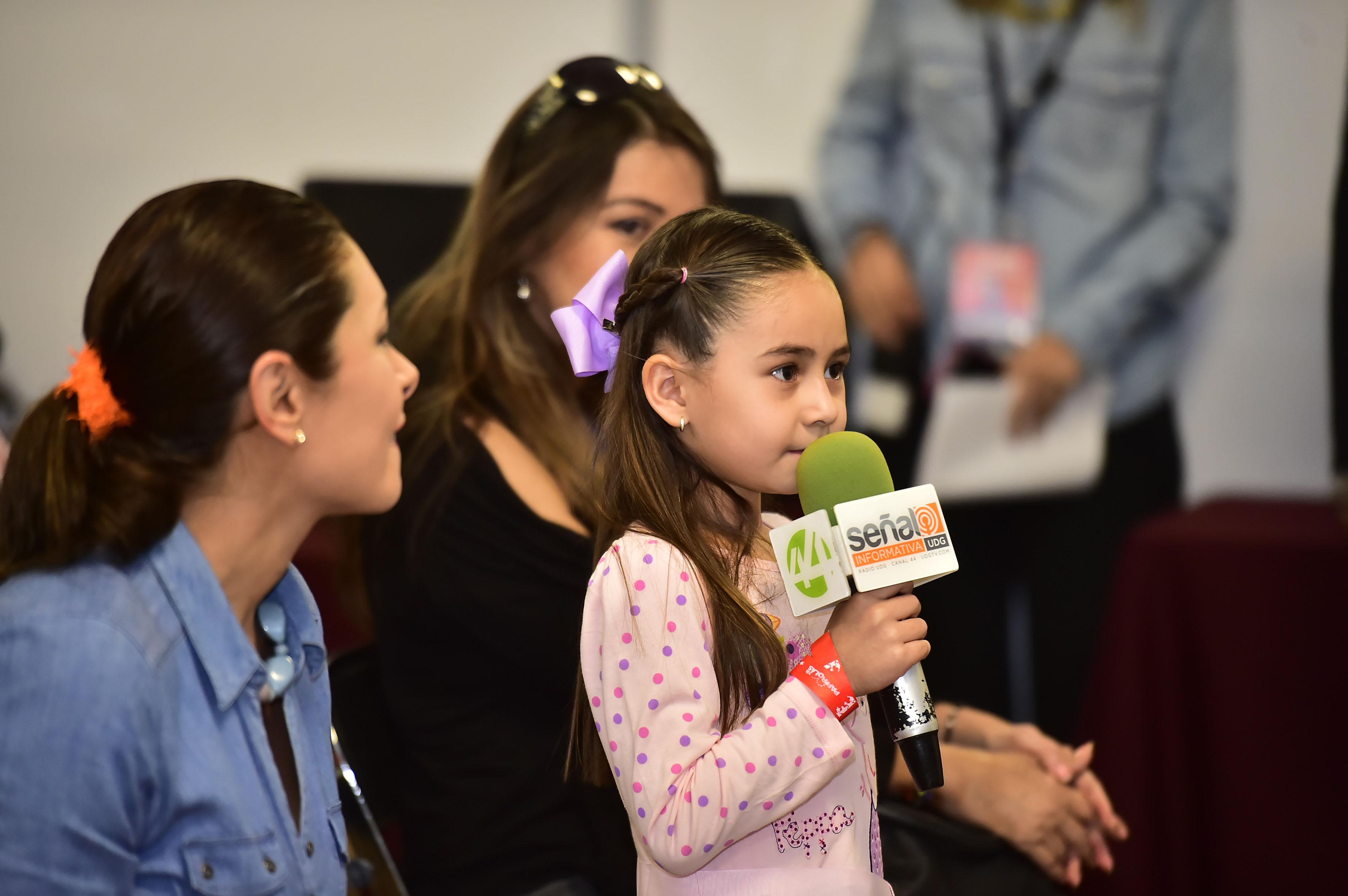 Niña participando en la conferencia del astronauta méxico-estadounidense José Hernández