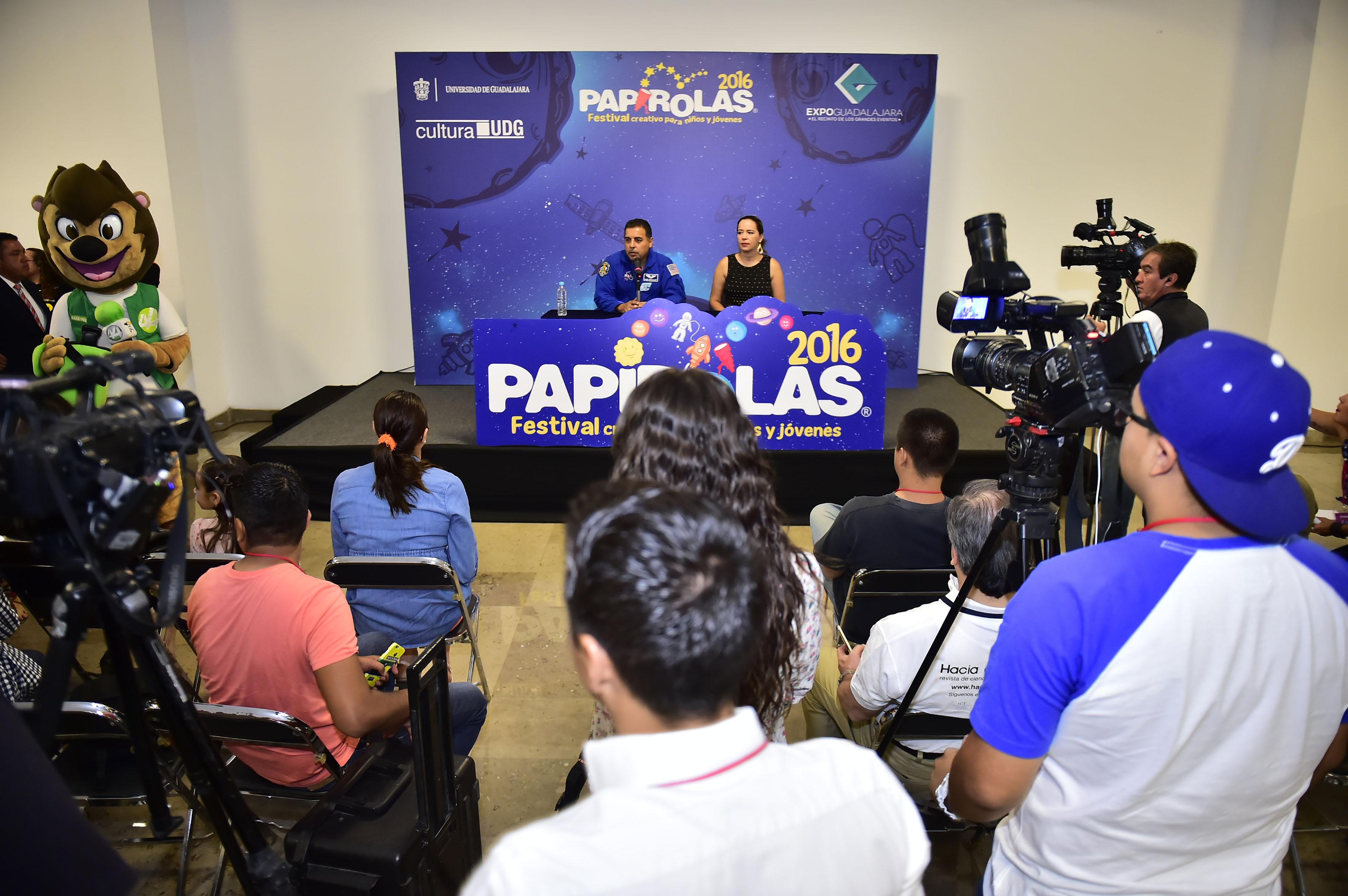 Publico asistente a la conferencia del astronauta méxico-estadounidense José Hernández