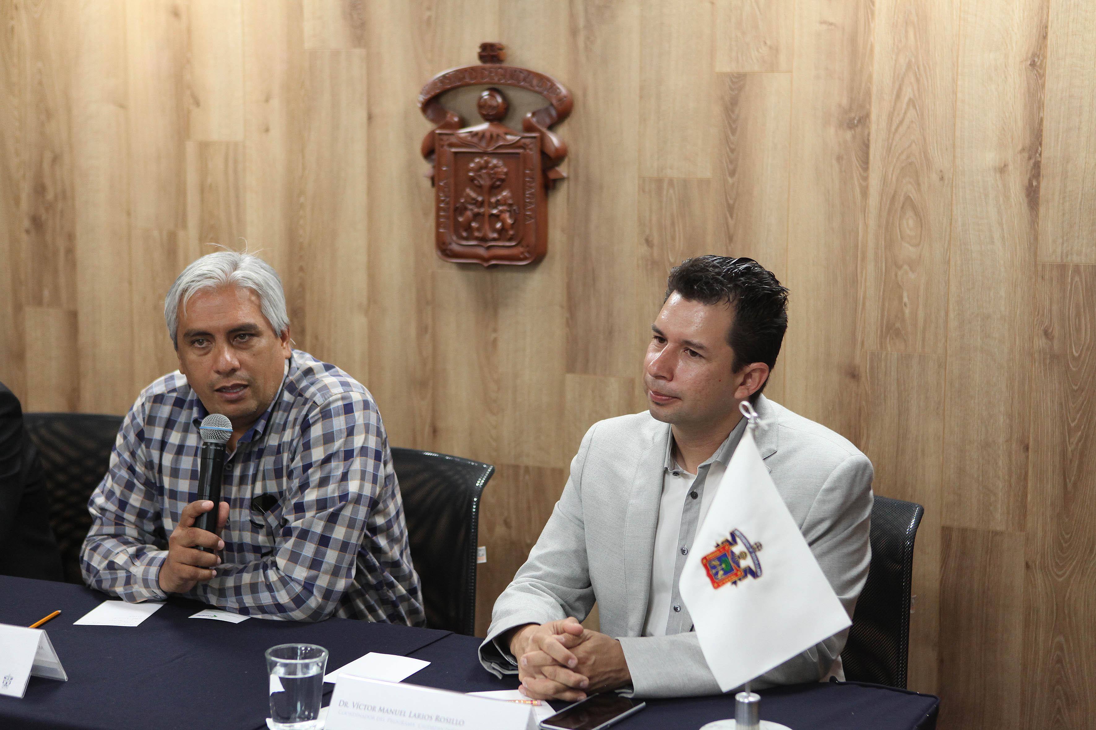 Maestro José Alberto Becerra Santiago y doctor Víctor Manuel Larios