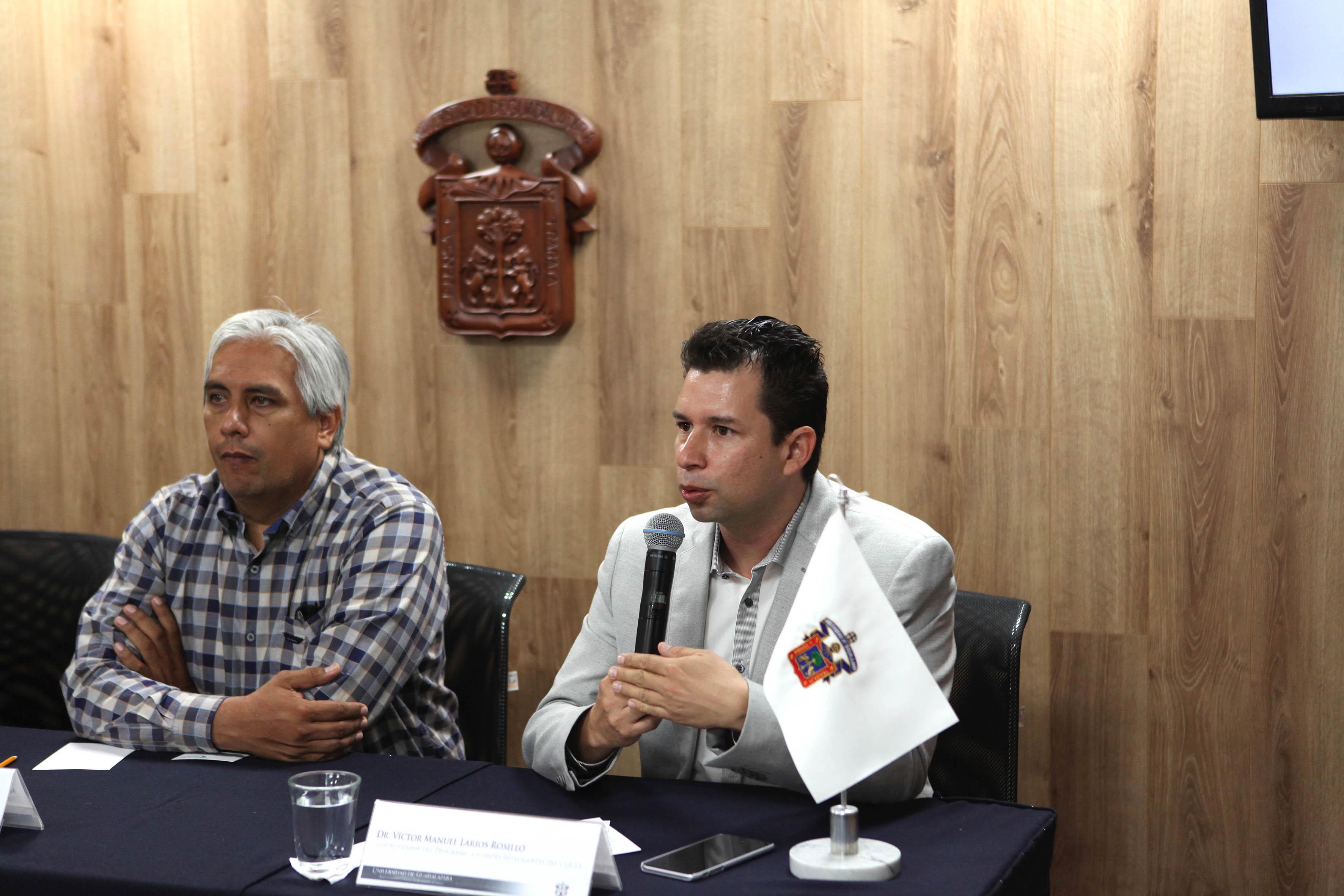 Doctor Víctor Manuel Larios hablando frente a microfono
