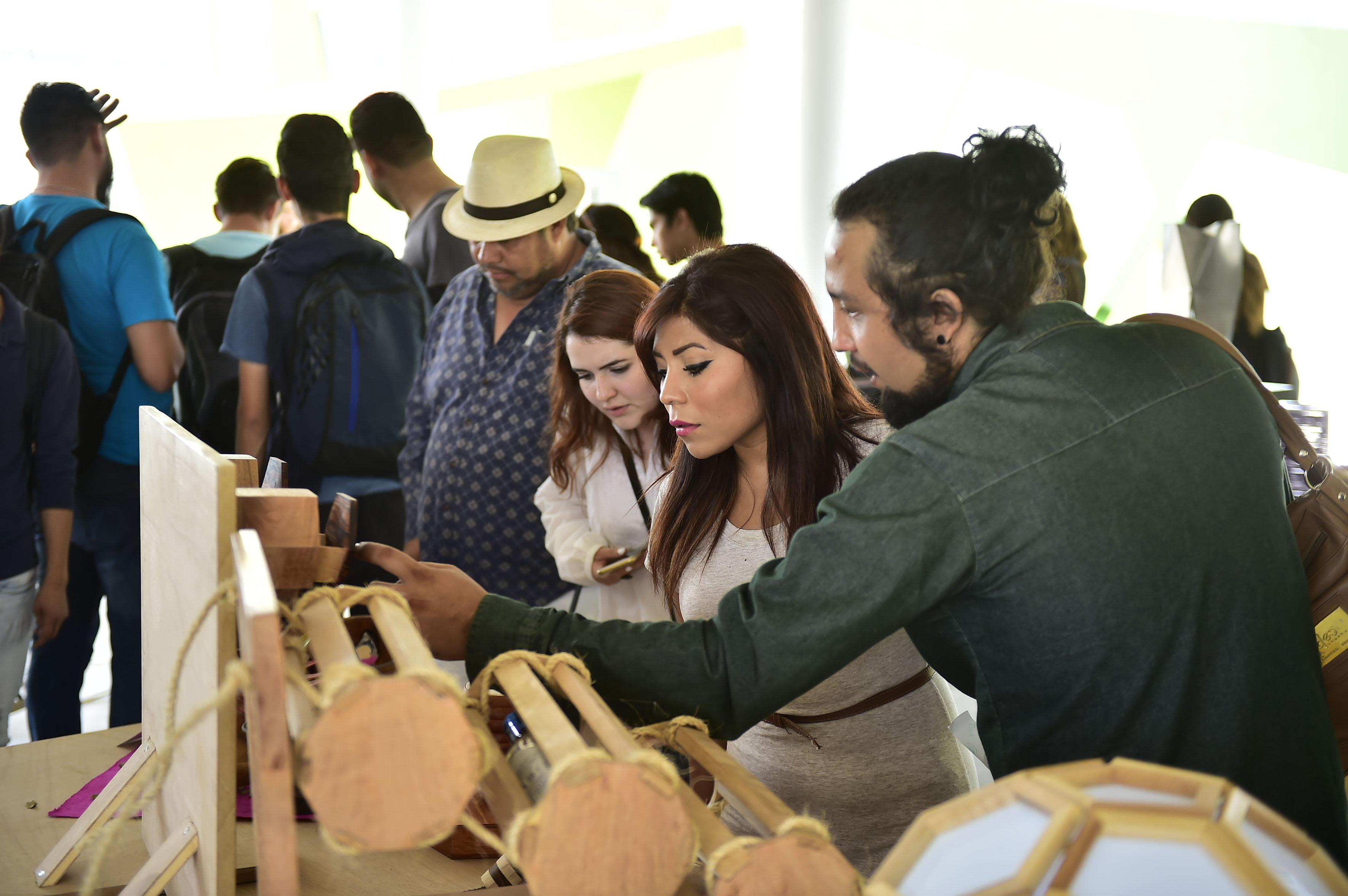 Alumnos participando en la inauguración de la Feria de Diseño de Artesanía (Feriada)