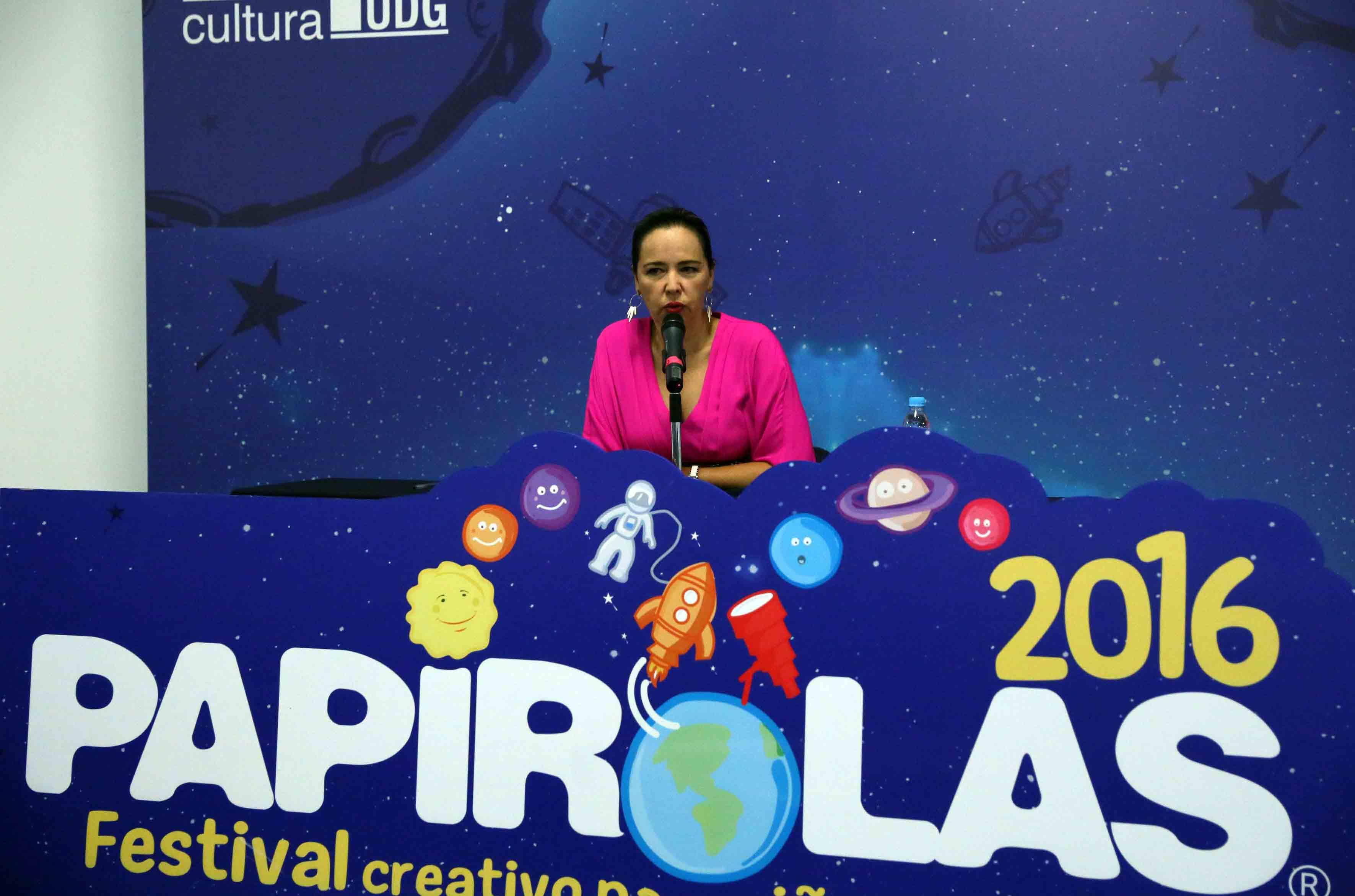 Marcela García Bátiz, directora del Festival Papirolas, clausurando el evento