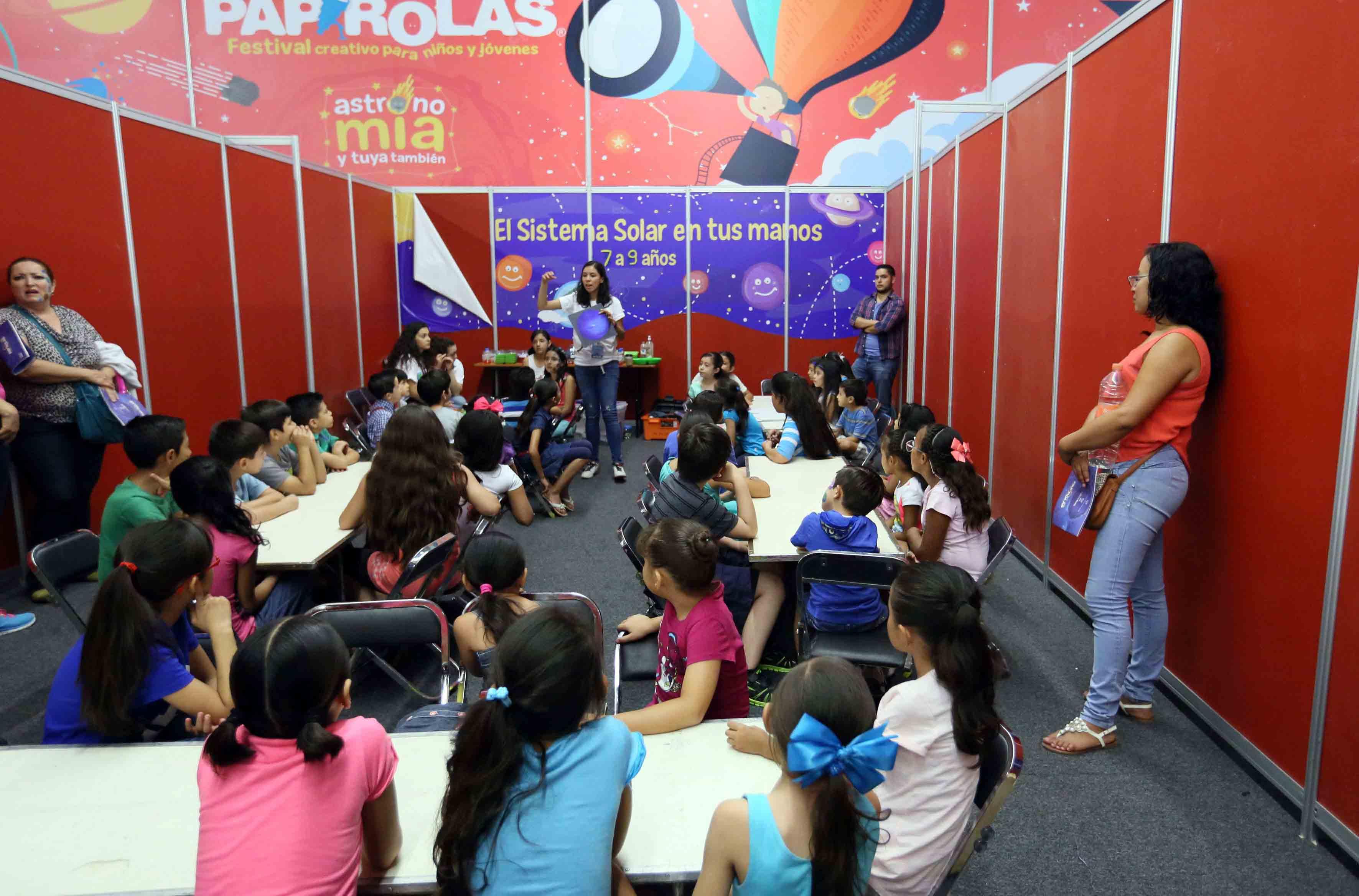 Niños participando de talleres del Festival Papirolas