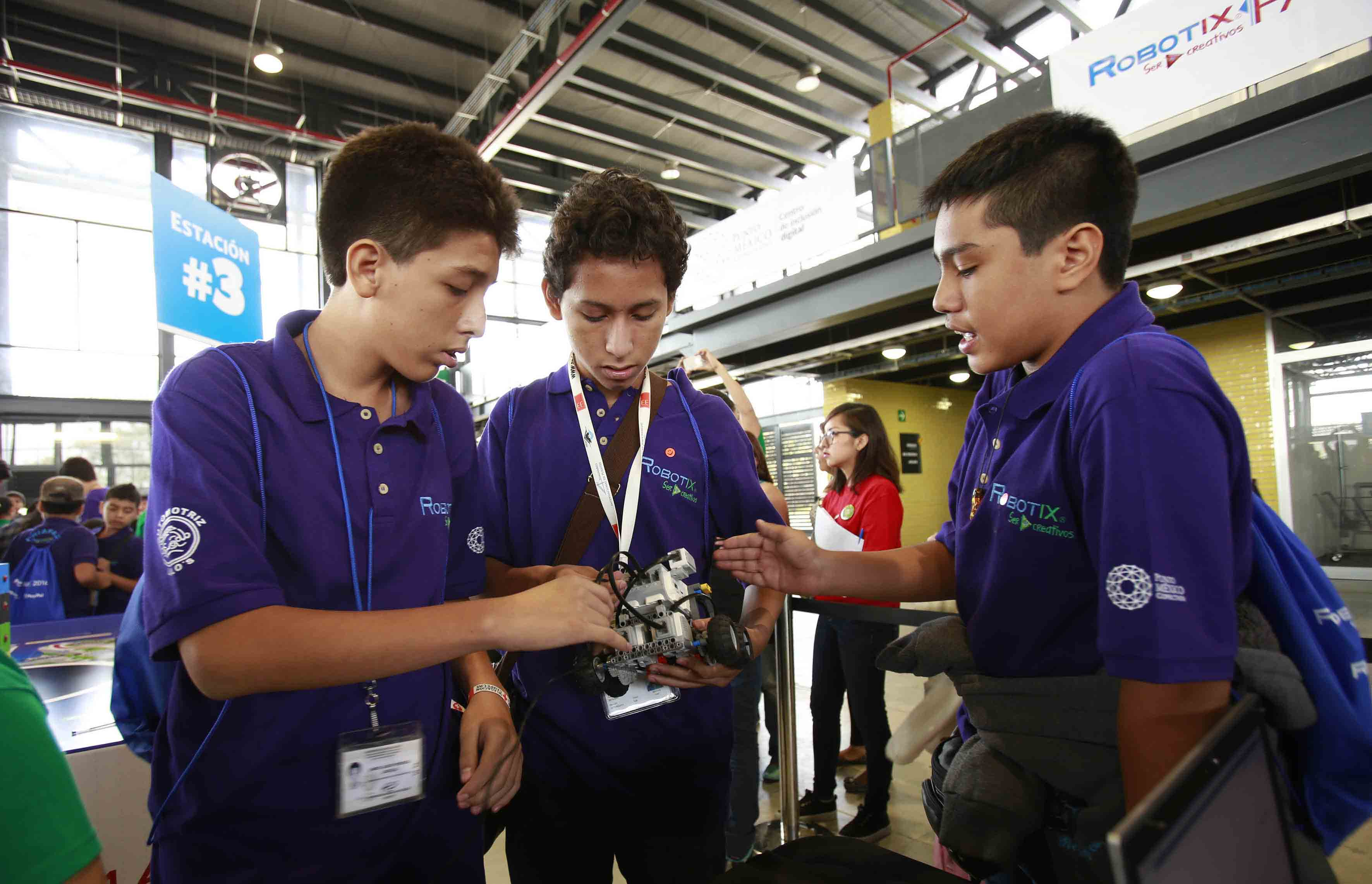 NIños participando en la Feria Nacional de Robótica 2016, celebrada este fin de semana en Ciudad de México.
