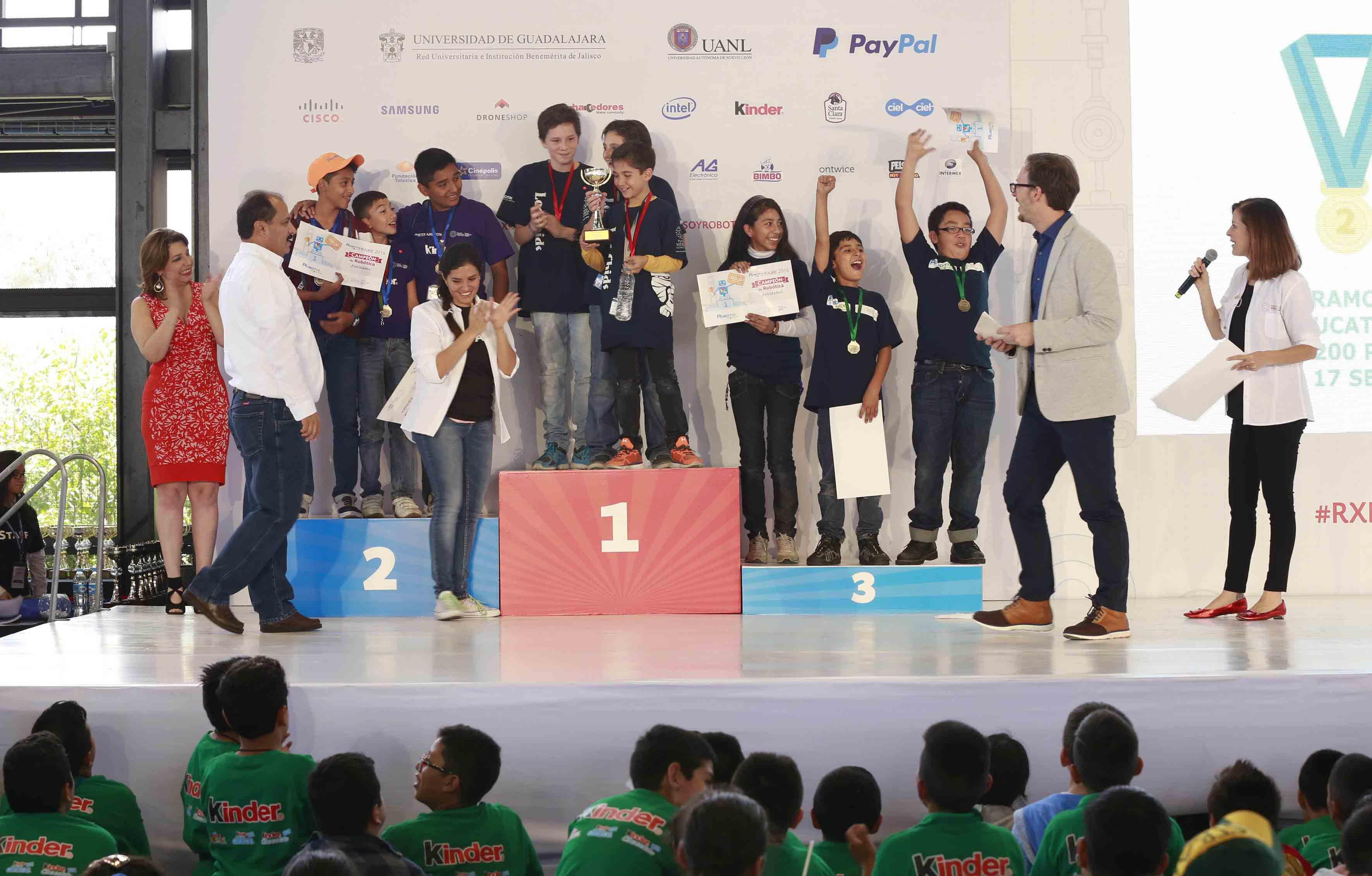 Niños ganadores mostrando sus reconocimientos