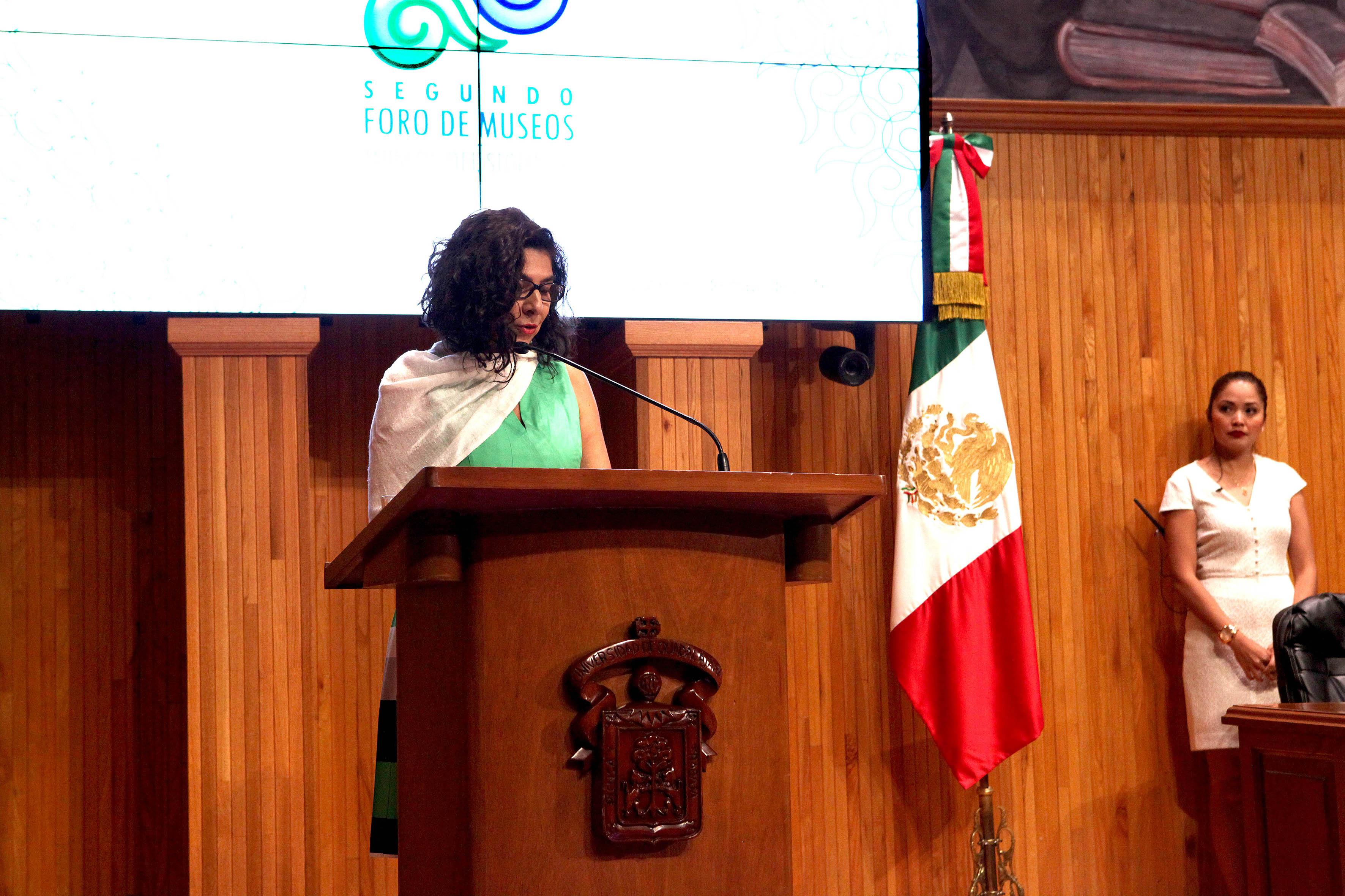 En el podio la directora del MUSA, maestra Maribel Arteaga Garibay