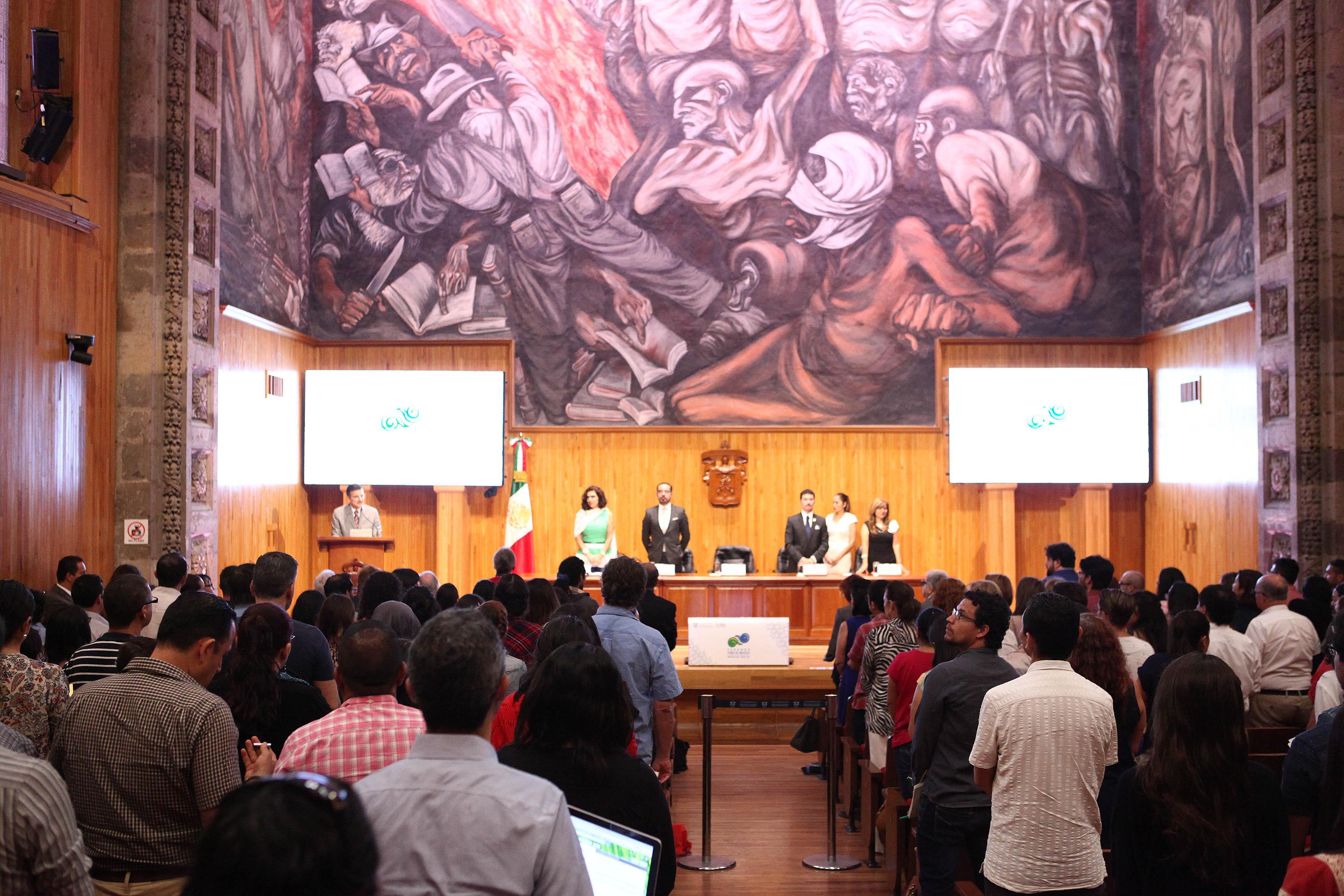 Asistentes y presidium durante el evento