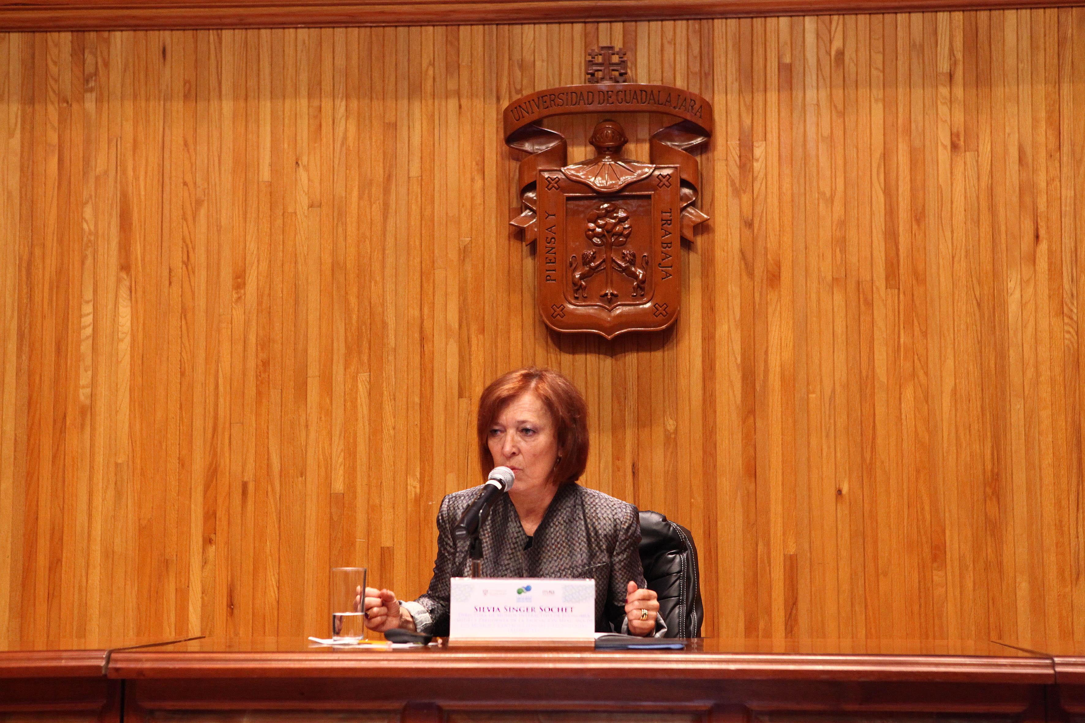 Silvia Singer Sochet, directora y fundadora del Museo Interactivo de Economía, durante la conferencia magistral
