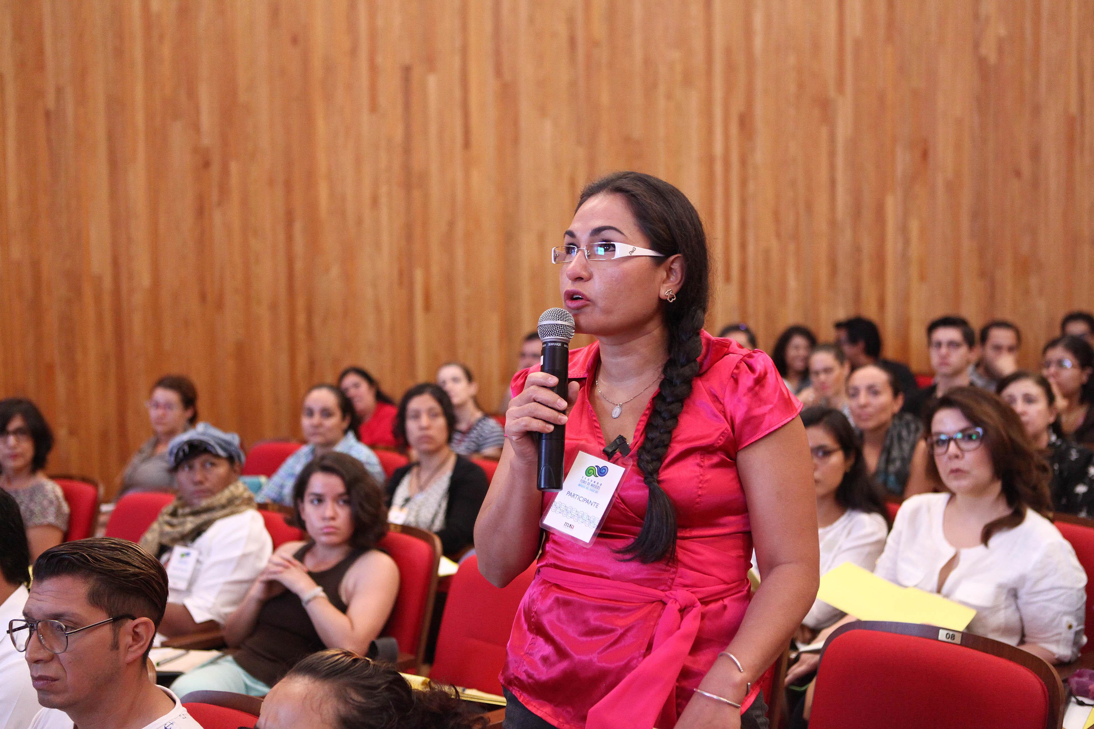 Asistente al evento participando en la conferencia magistral