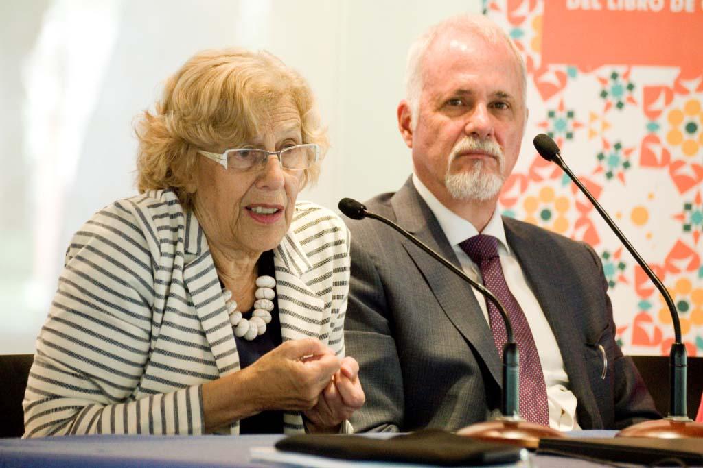 En el micrófono la alcaldesa madrileña Manuela Camarena Castrillo
