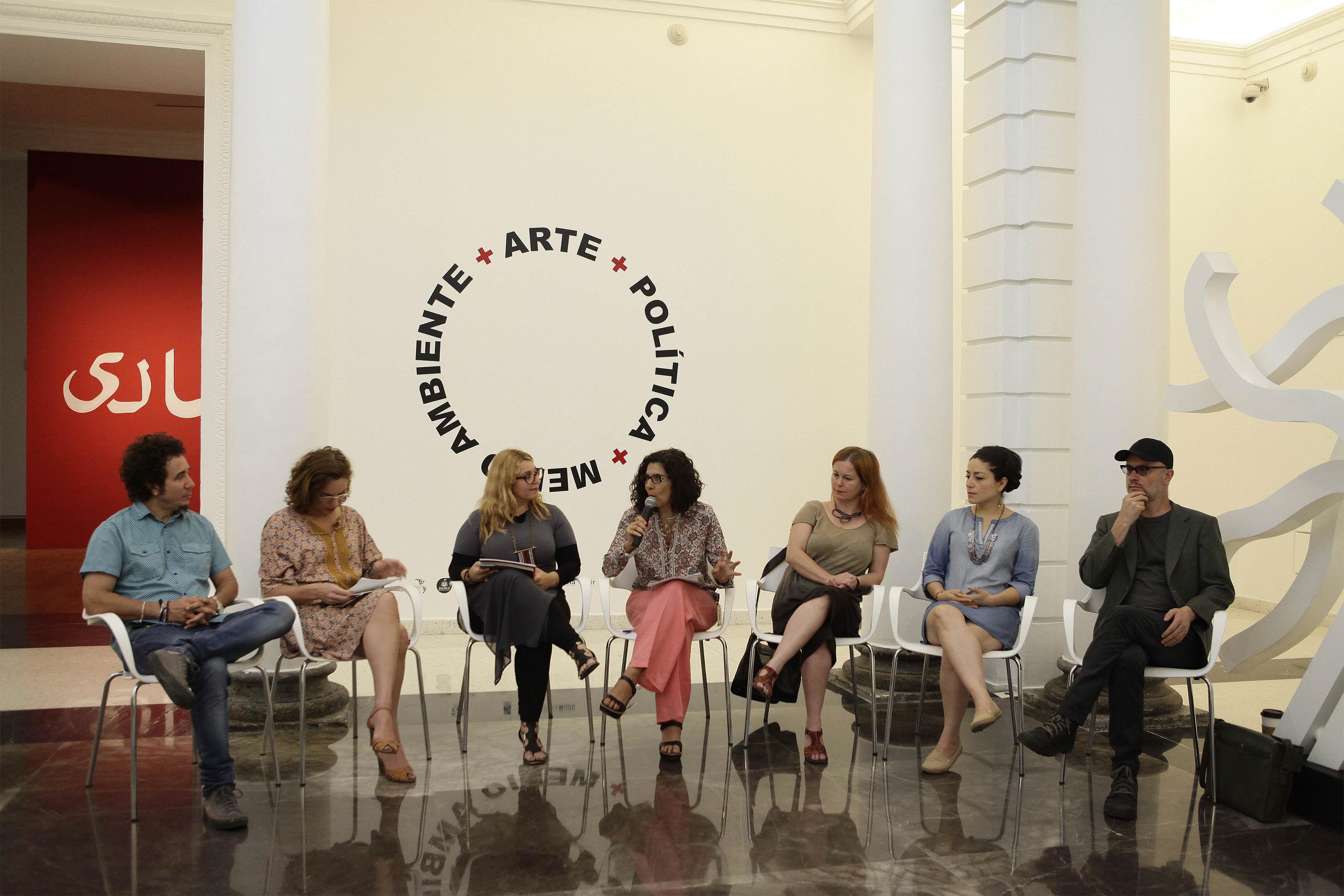 La maestra Maribel Arteaga Garibay, directora del MUSA, en reunión con los seis artistas nacionales y extranjeros que mostrarán su creatividad y talento con su exposición en el MUSA.