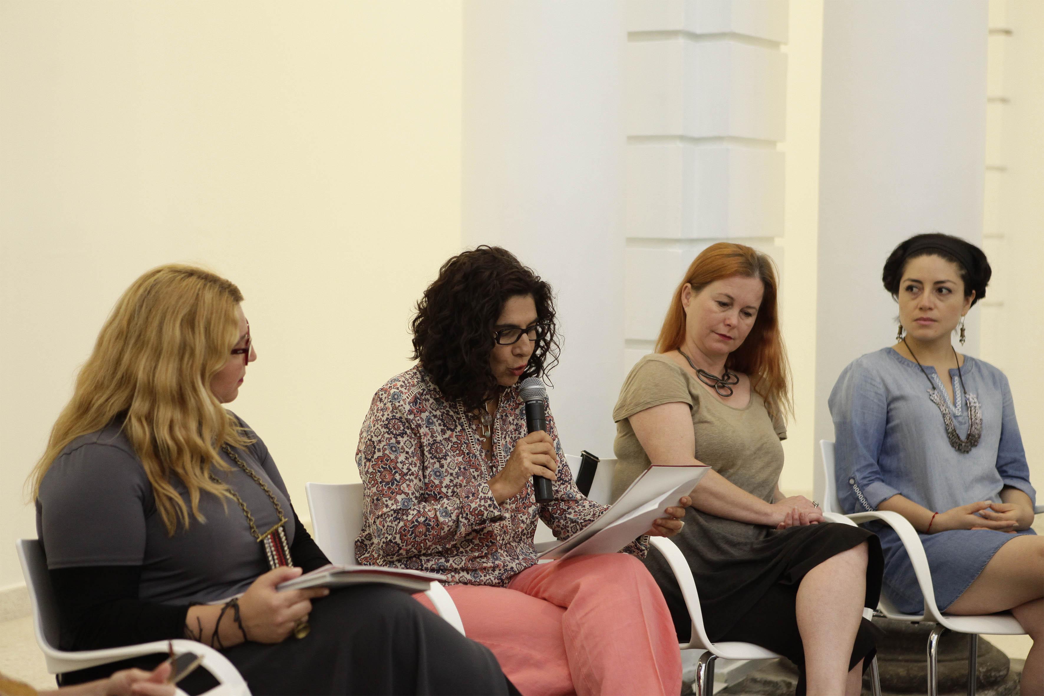 La maestra Maribel Arteaga Garibay, directora del MUSA, con micrófono en mano haciendo uso de la palabra.