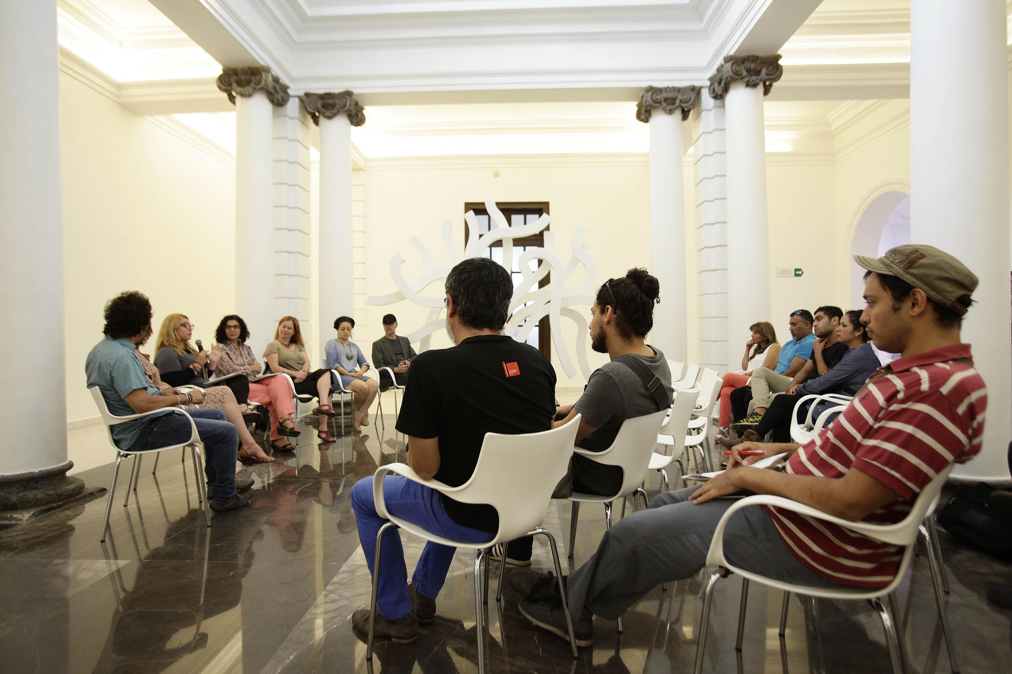 Vista panorámica de los asistentes, a la muestra en exposción de las obras de arte, política y medio ambiente.