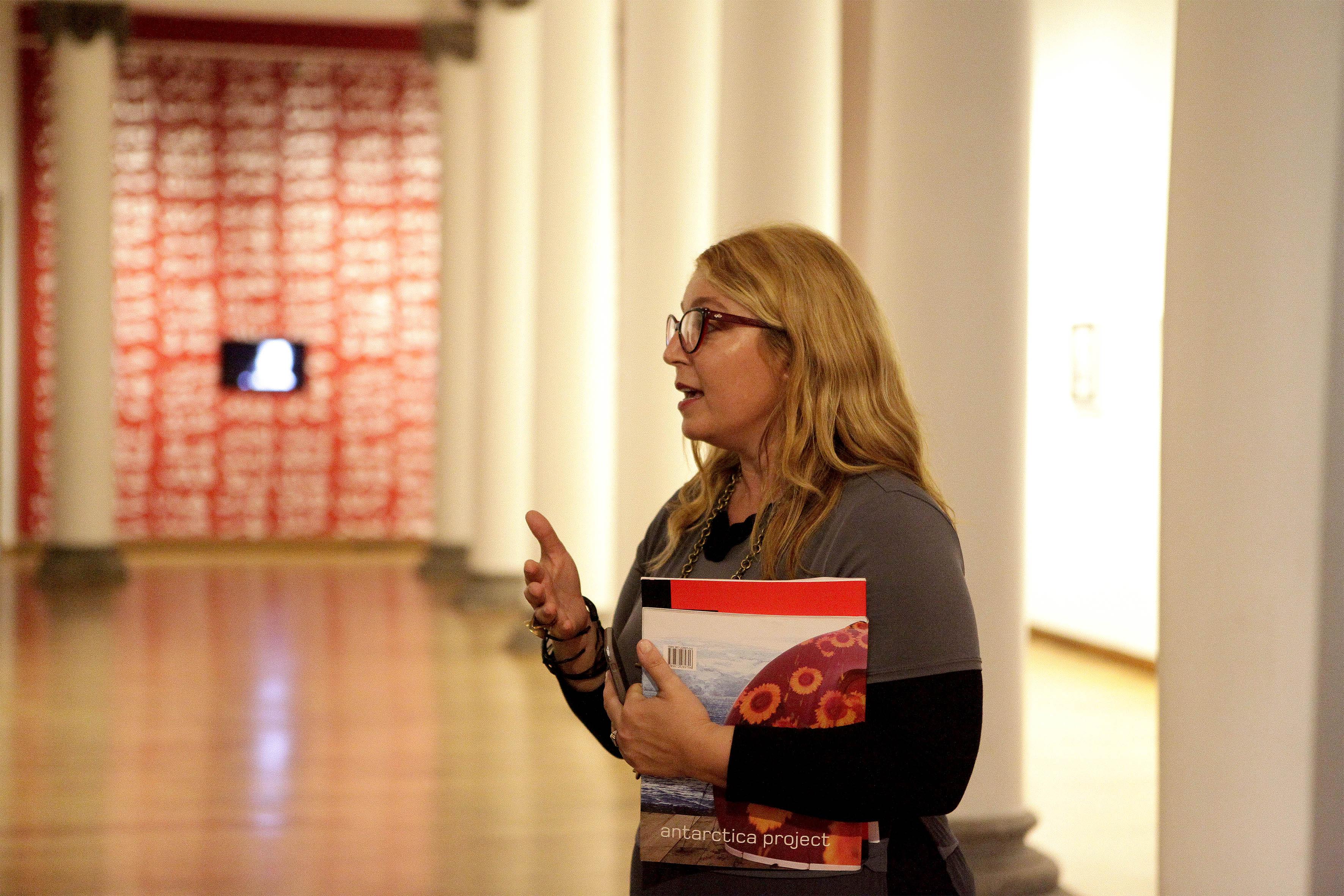 La doctora Marisa Caichiolo, encargada de la curaduría de la muestra en exposición, en uno de los pasillos del MUSA.