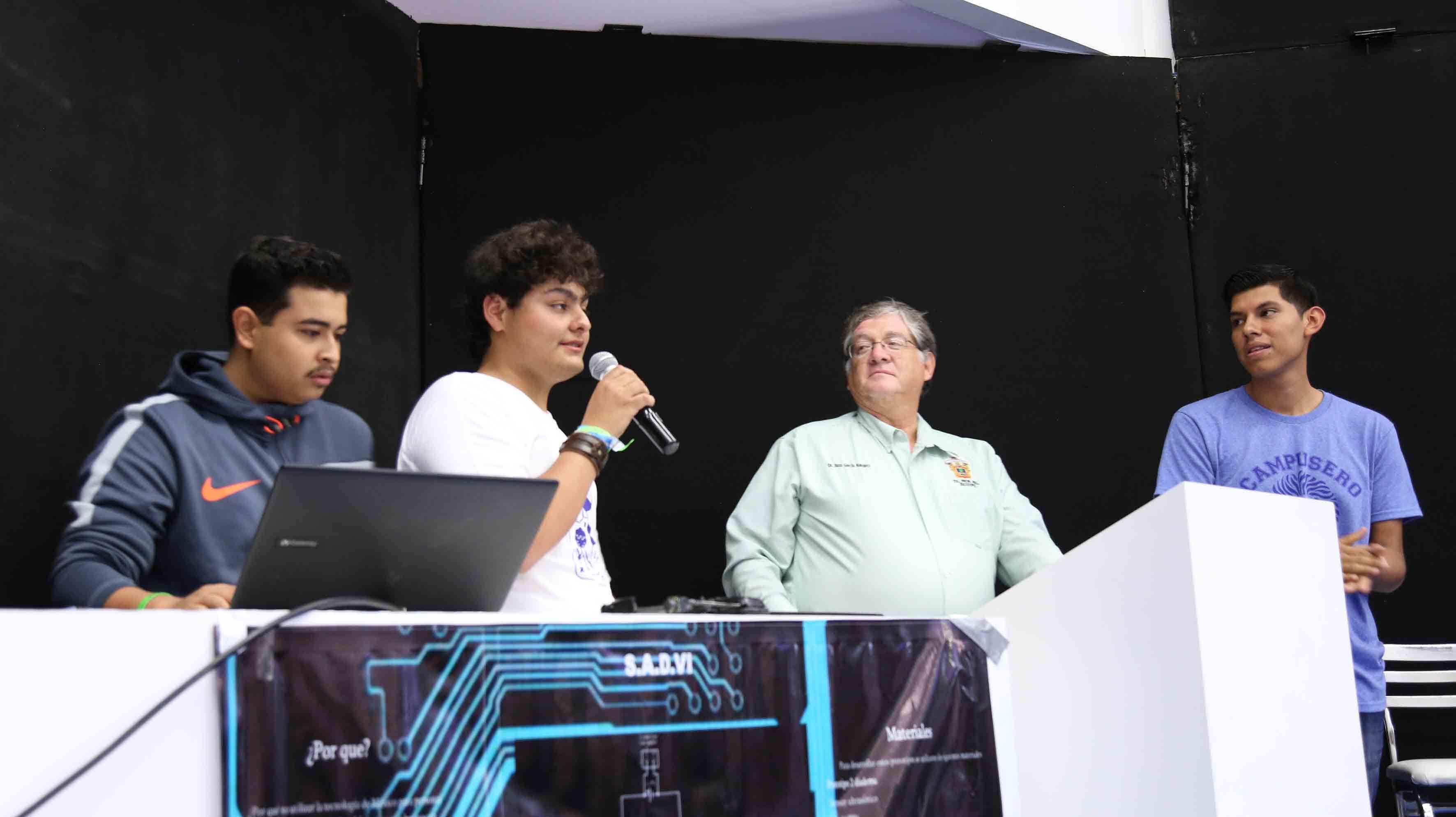 Alumnos y asesores, de la Preparatoria Regional de Jocotepec, participando en la demostración de sus inventos