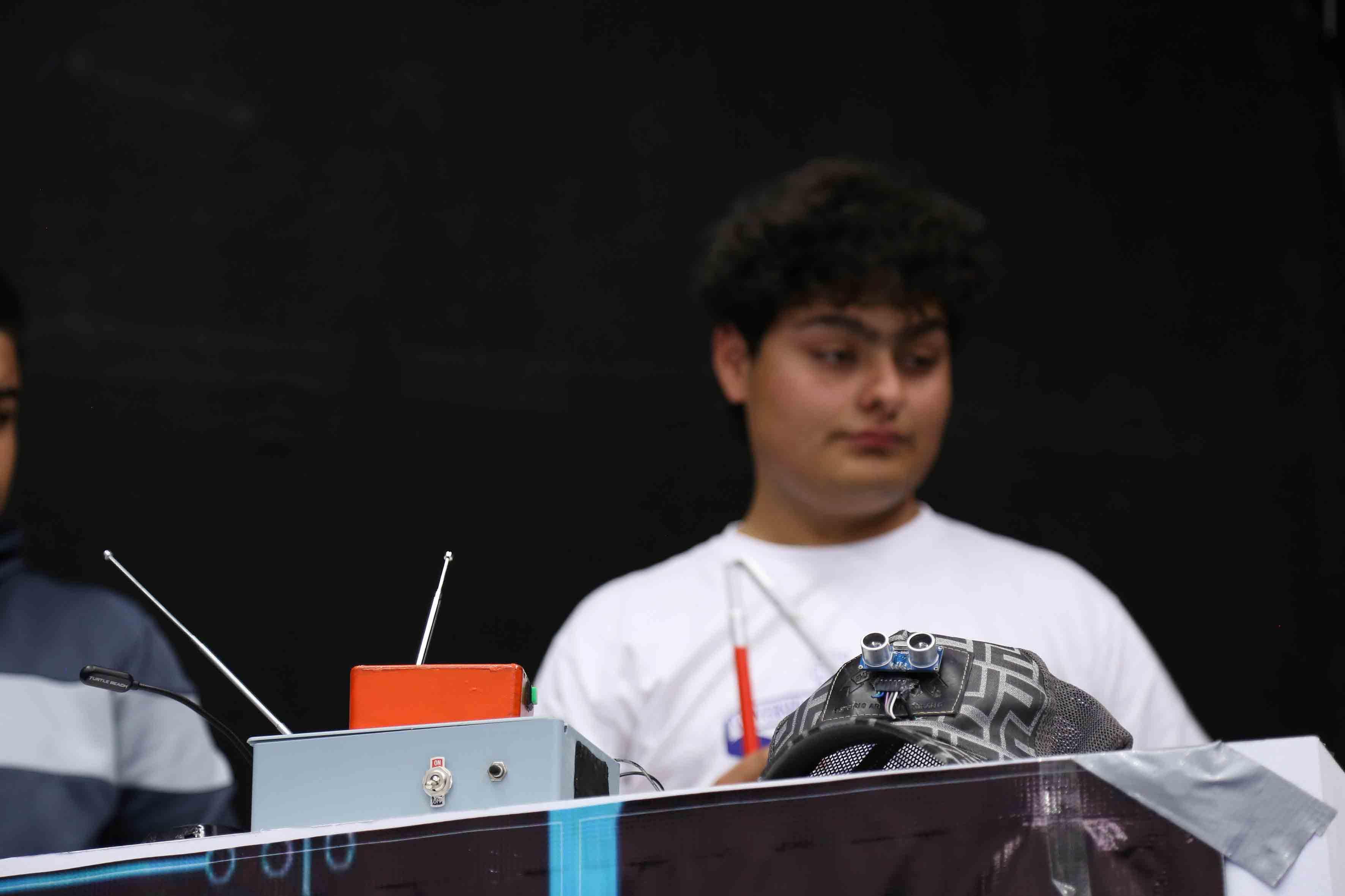 Alumno participando en la demostración de sus inventos