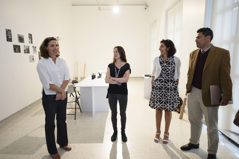 Autoridades del Museo de las Artes, presentando la próxima exposición artística, de Renata Petersen
