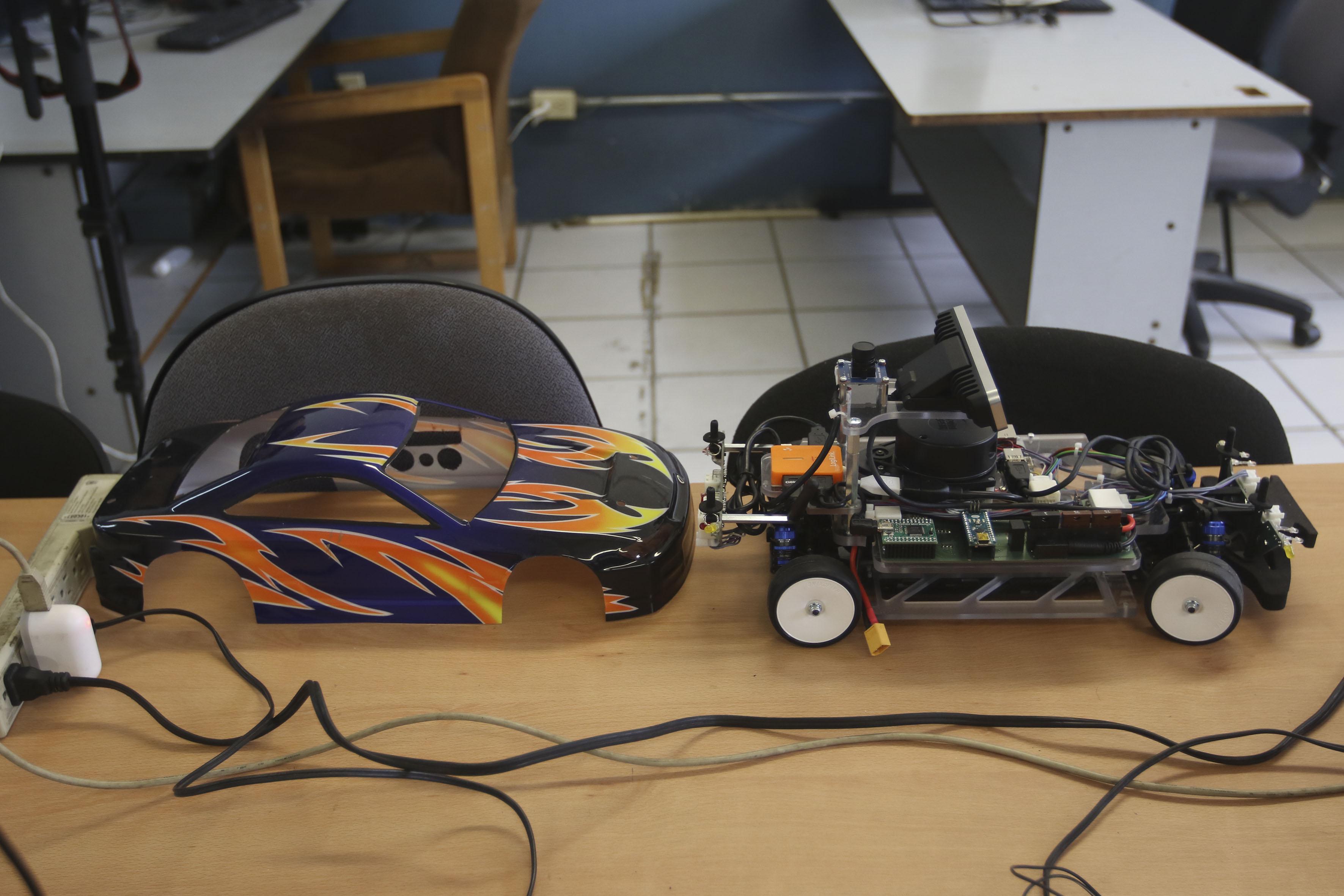 Vehículo de control autónomo descubierto, para su demostración