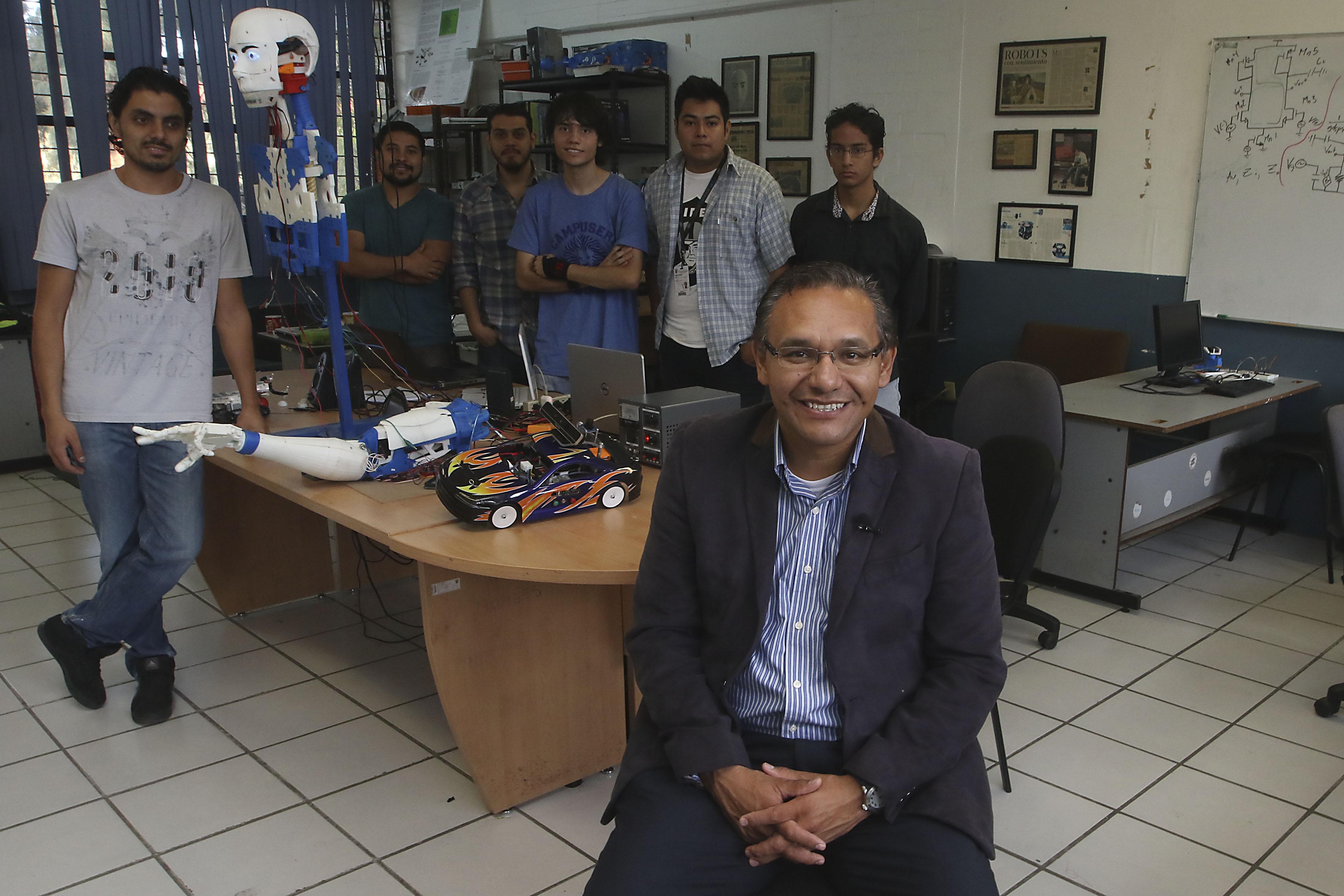 Doctor Marco Antonio Pérez Cisneros y parte del equipo universitario del CUCEI, responsables del proyecto