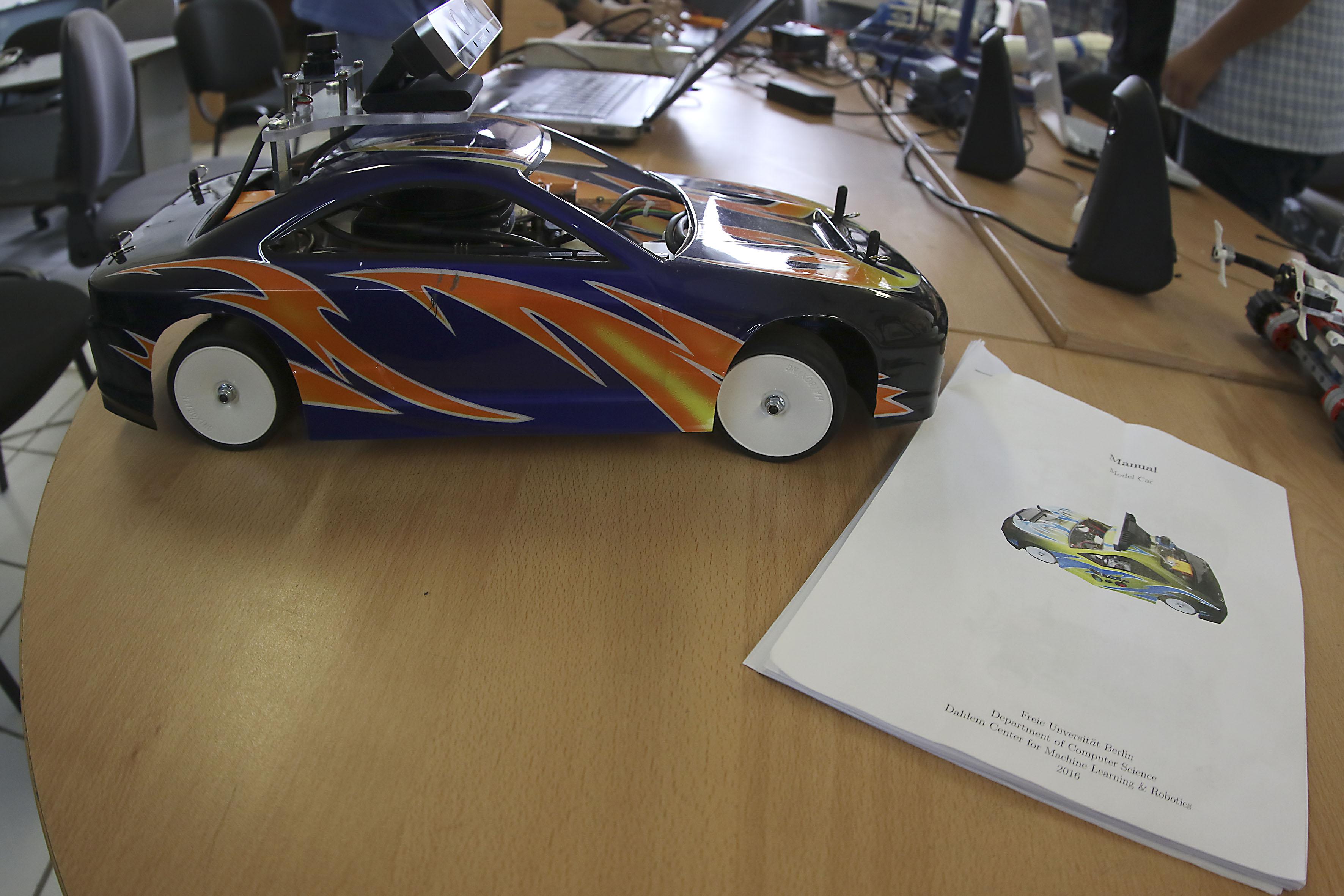 Vehículo de control autónomo y manual correspondiente