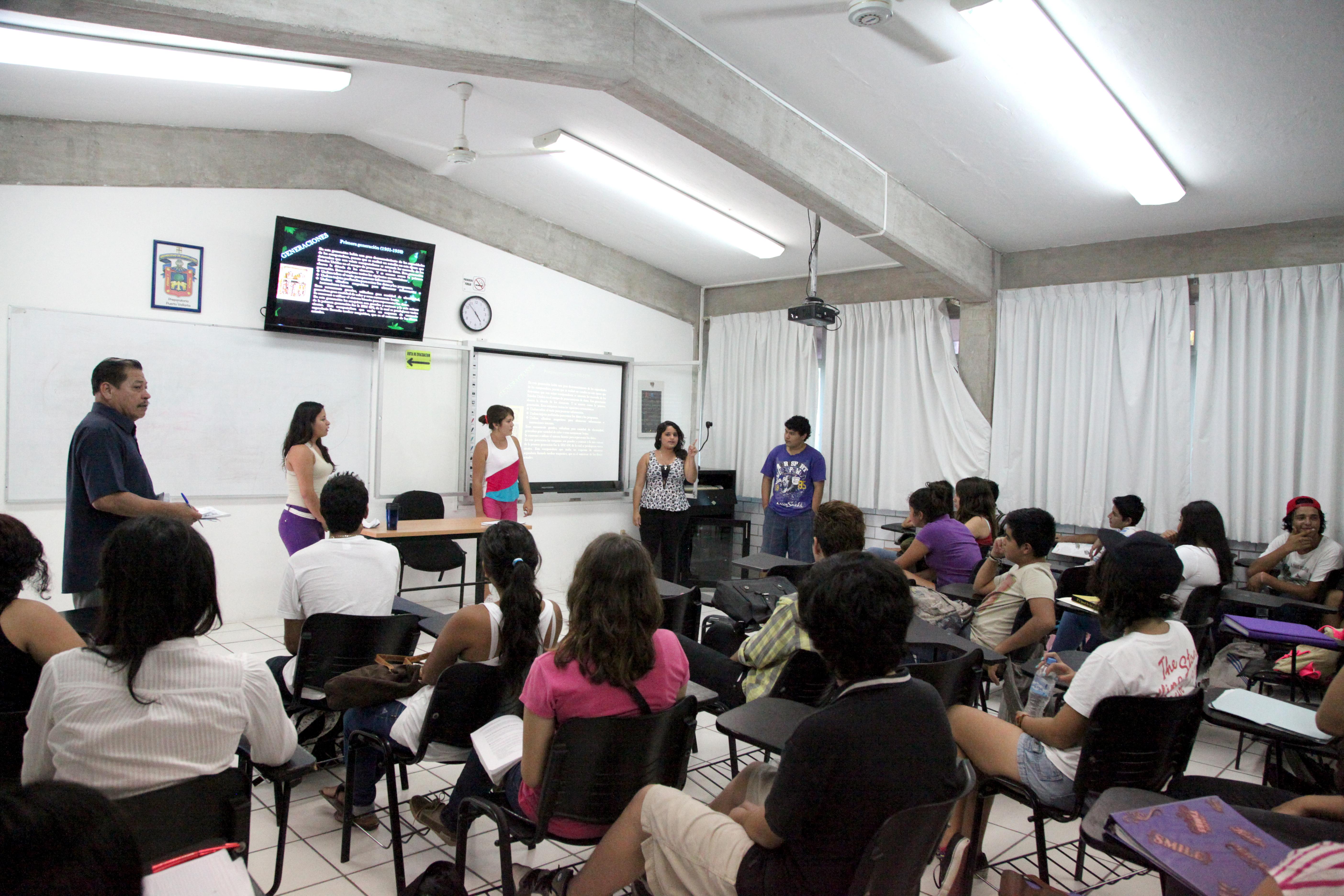 Personal de la Coordinación de Innovación Educativa y Pregrado (CIEP), de la Coordinación General Académica, informando a los bachilleres sobre la propuesta educativa vigente en la UdeG en educación superior.