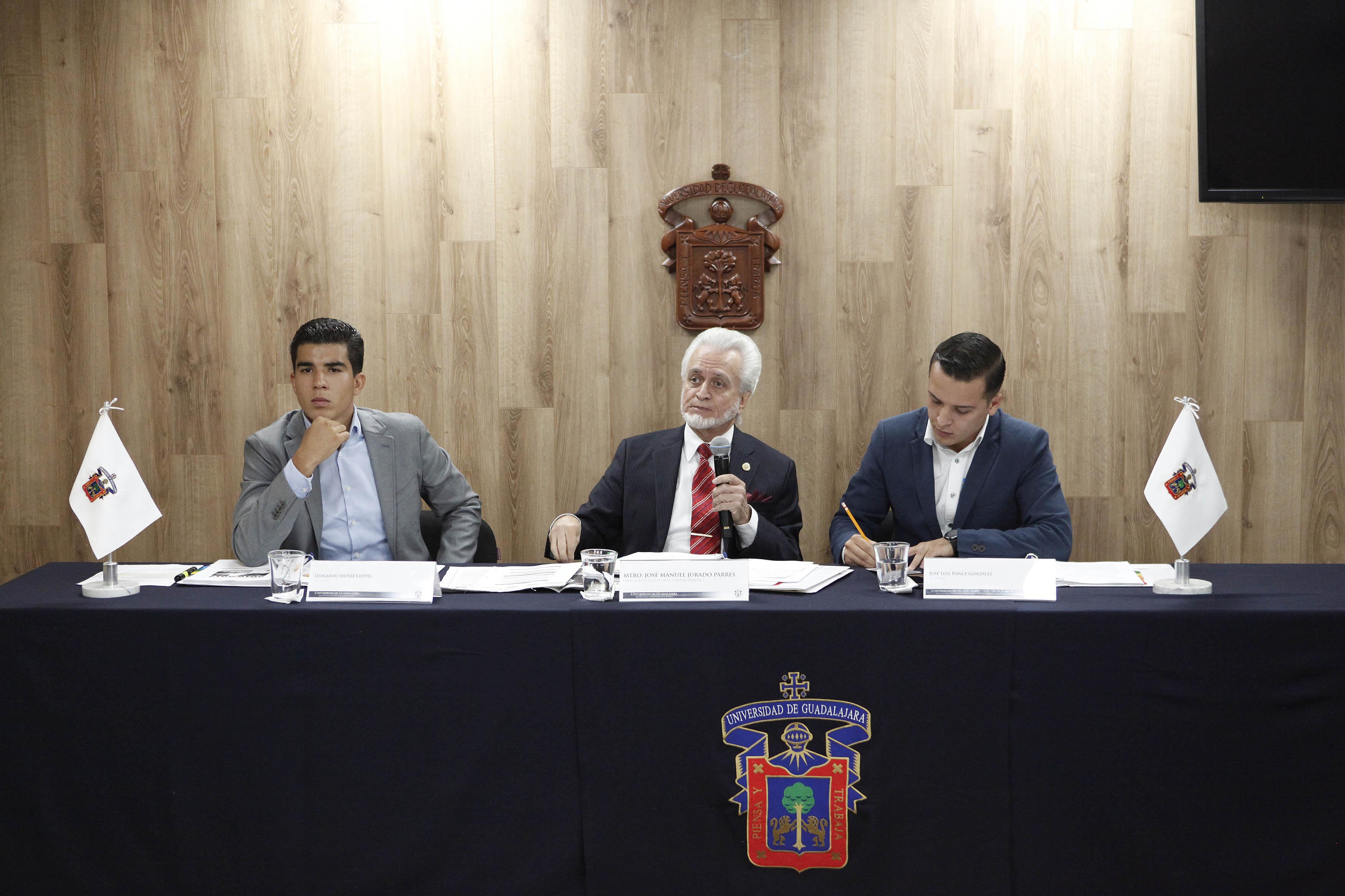 Mtro. José Manuel Jurado Parres, presidente de la Comisión electora participando en conferencia de prensa
