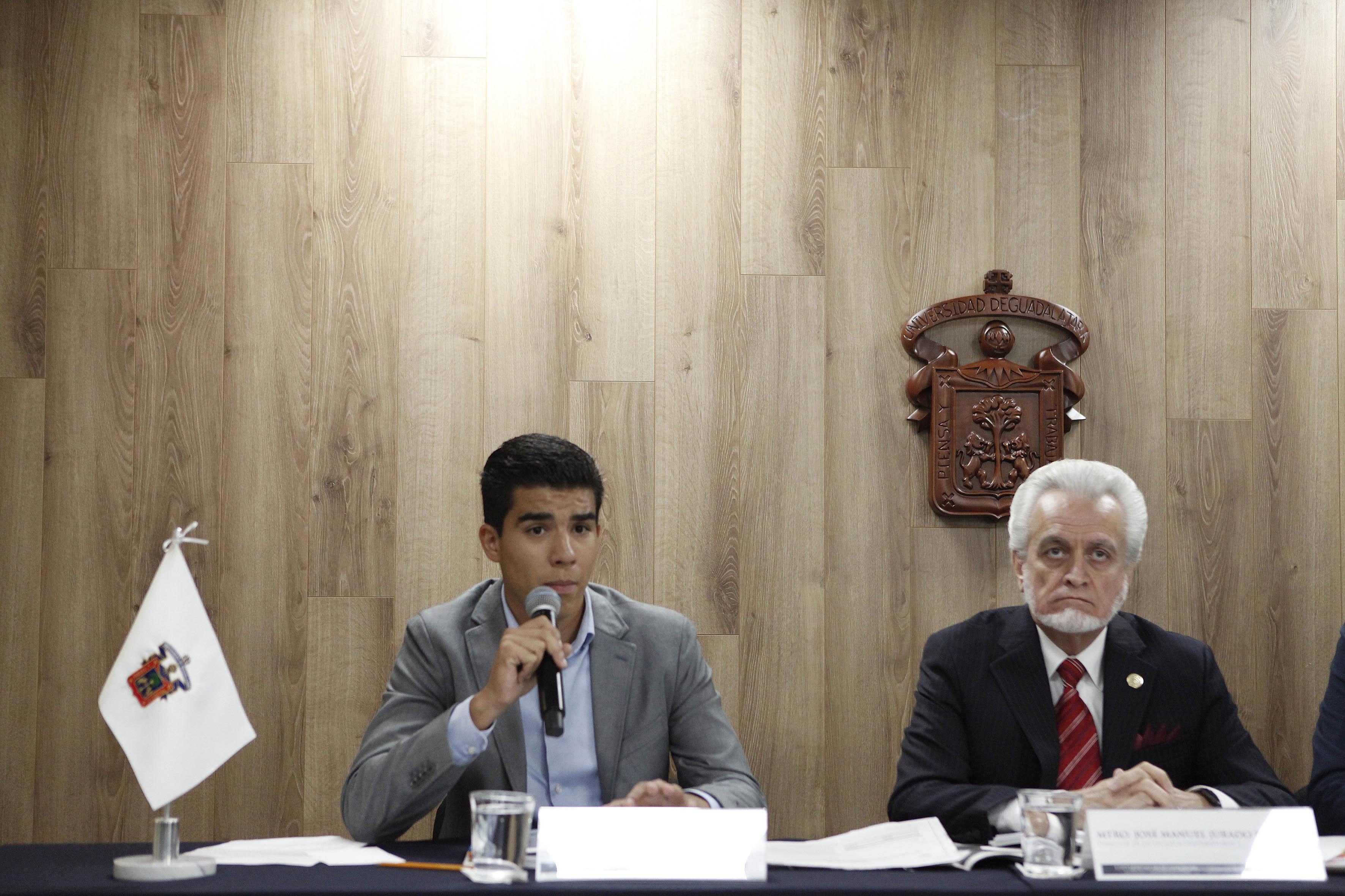 Leonardo Muñiz Coppel, miembro de la Comisión electoral y estudiantes haciendo uso de la palabra