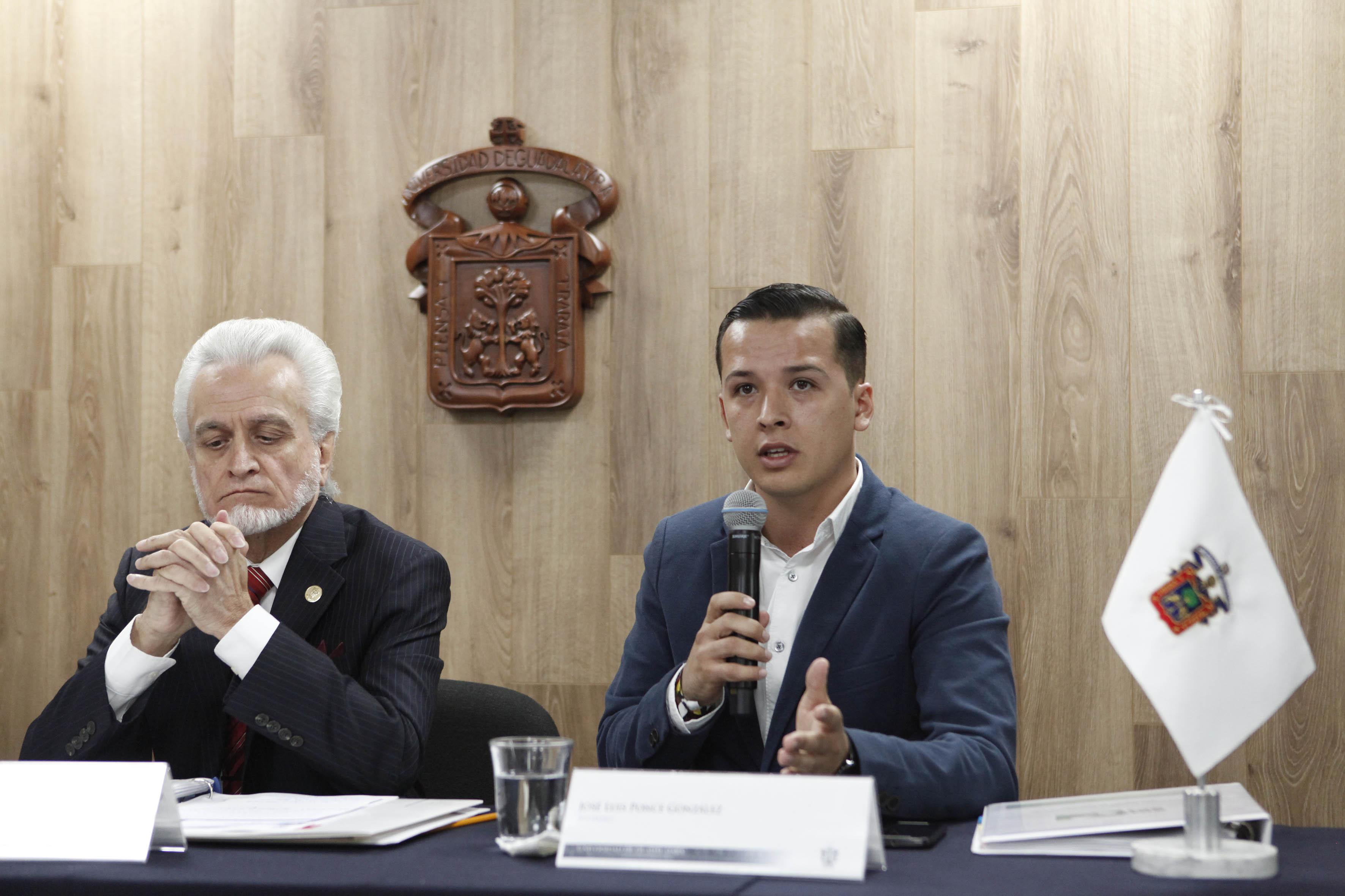 José Luis Ponce González  miembro de la Comisión electoral y estudiantes haciendo uso de la palabra
