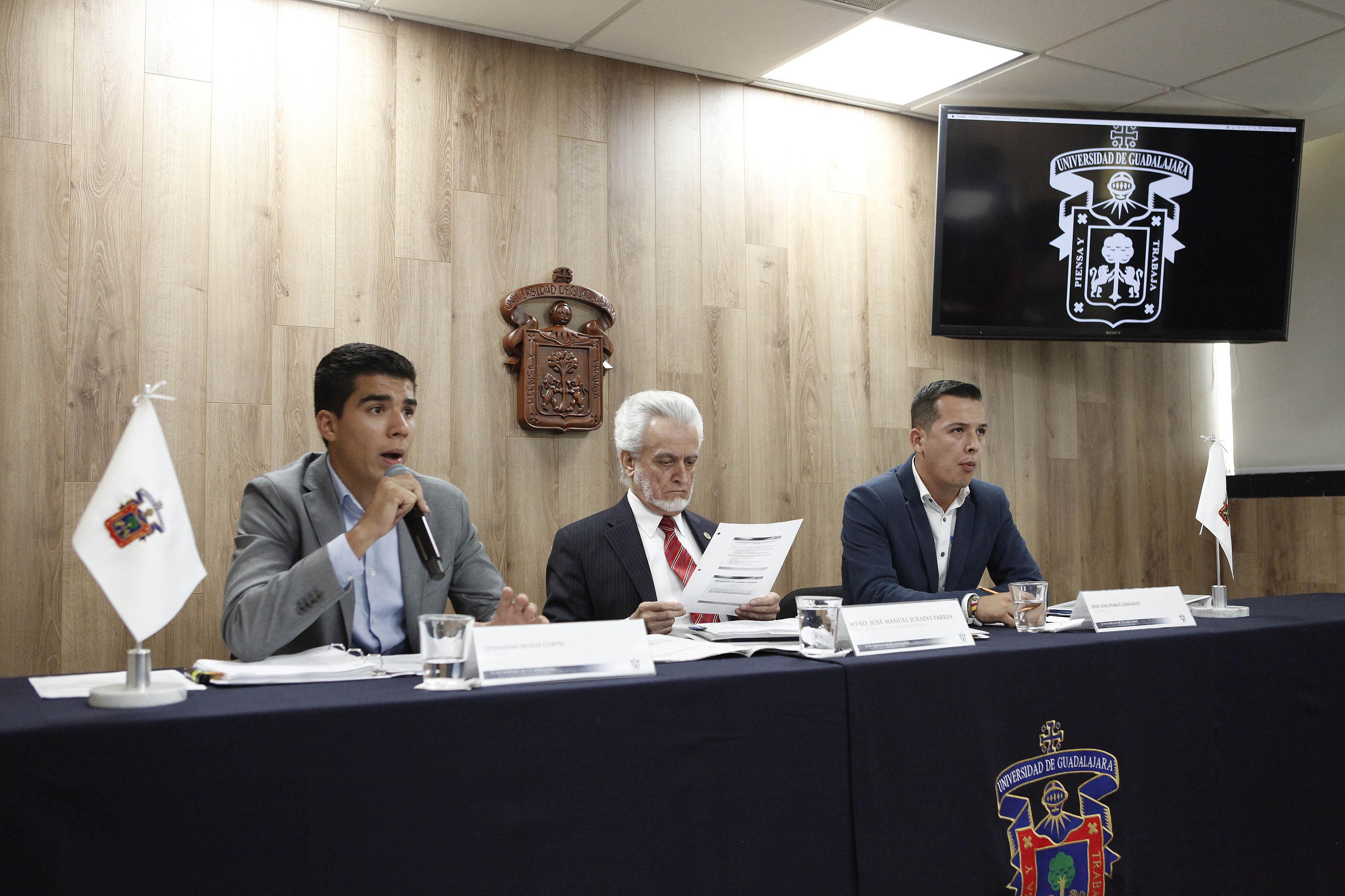 Leonardo Muñiz Coppel, miembro de la Comisión electoral y estudiantes participando en conferencia de prensa