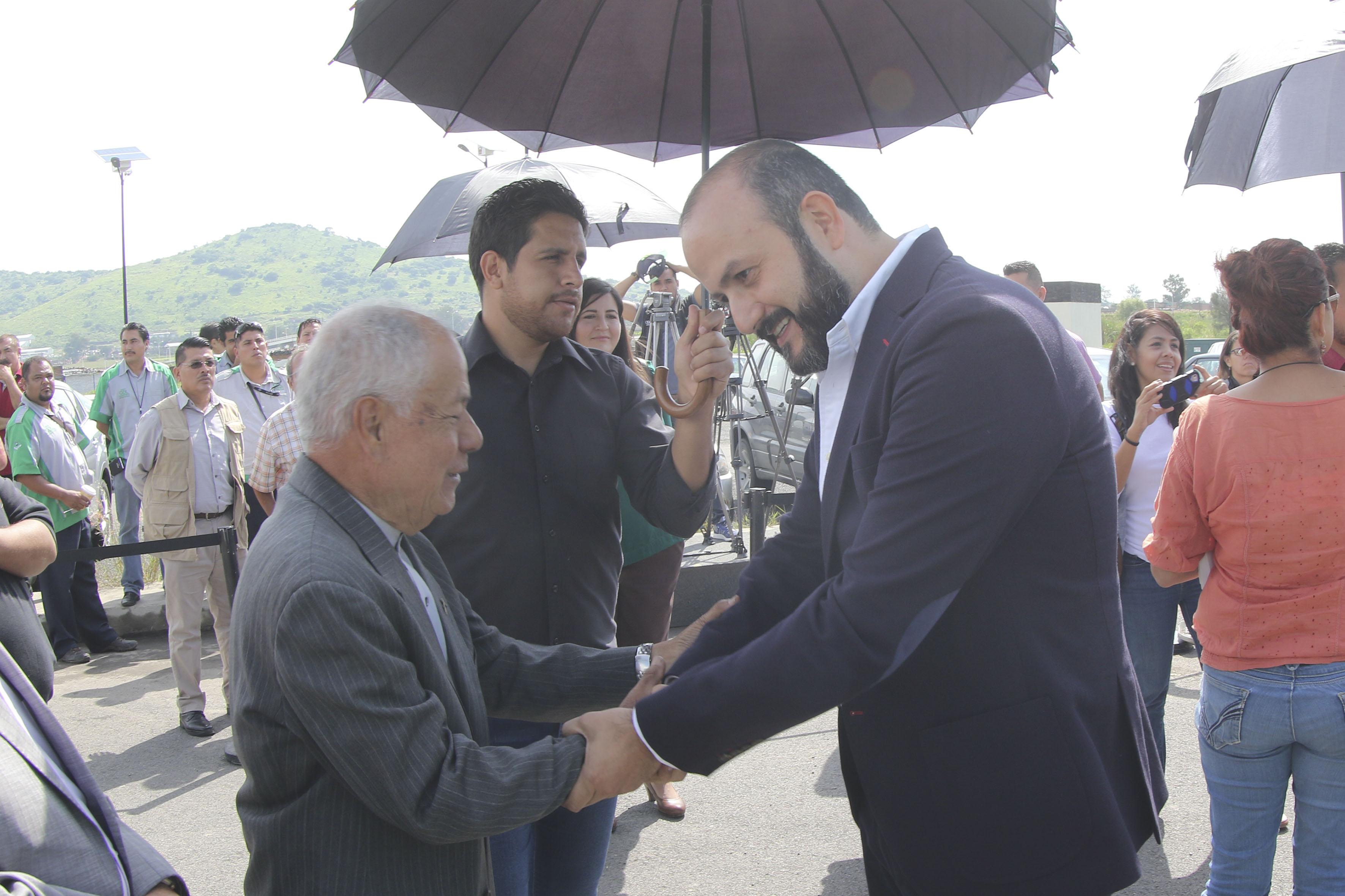 Doctor Ricardo Villanueva Lomelí y Licenciado Antonio Álvarez Esparza, saludándose