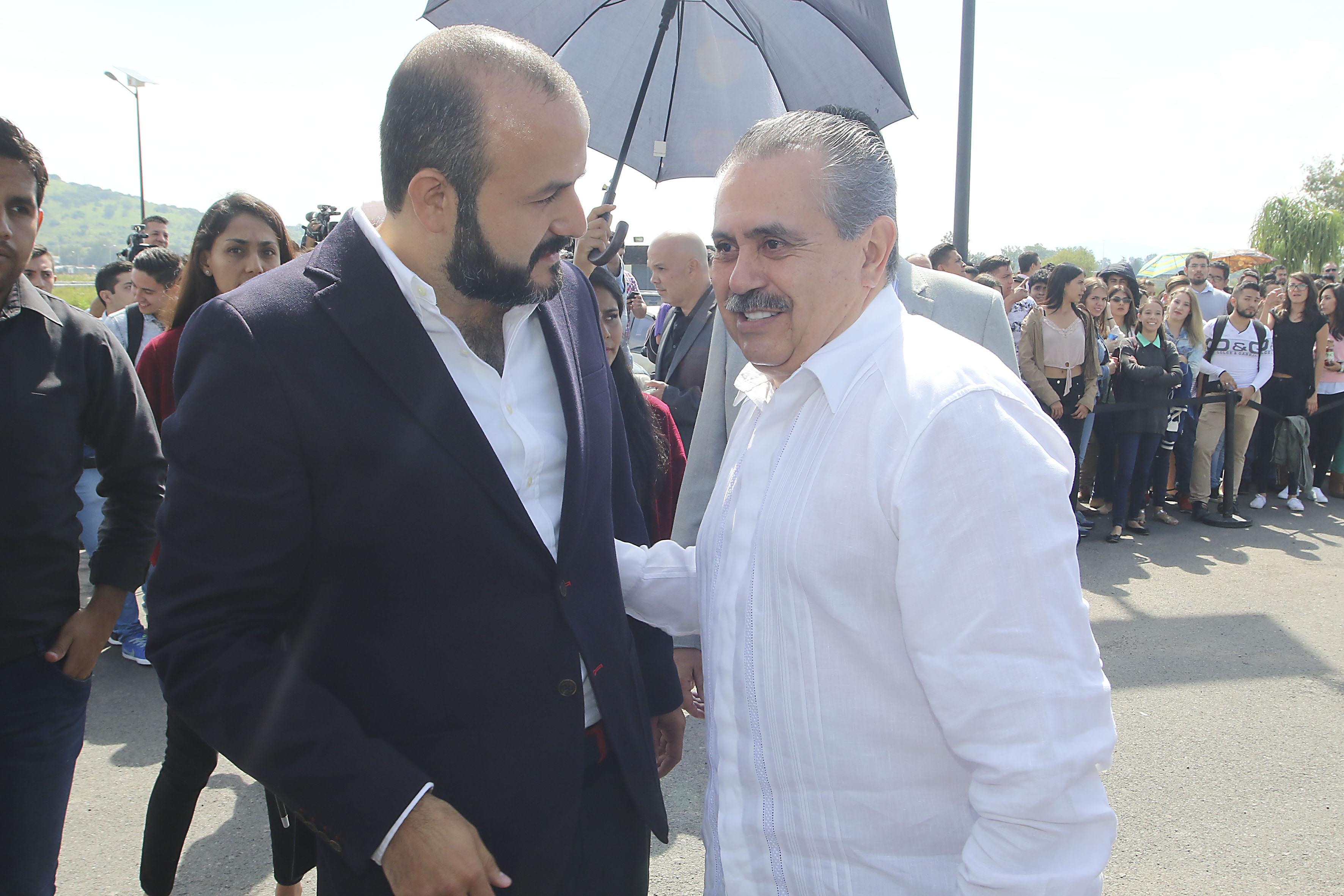 Maestro Servando Sepúlveda Enríquez y Doctor Ricardo Villanueva Lomelí, saludándose