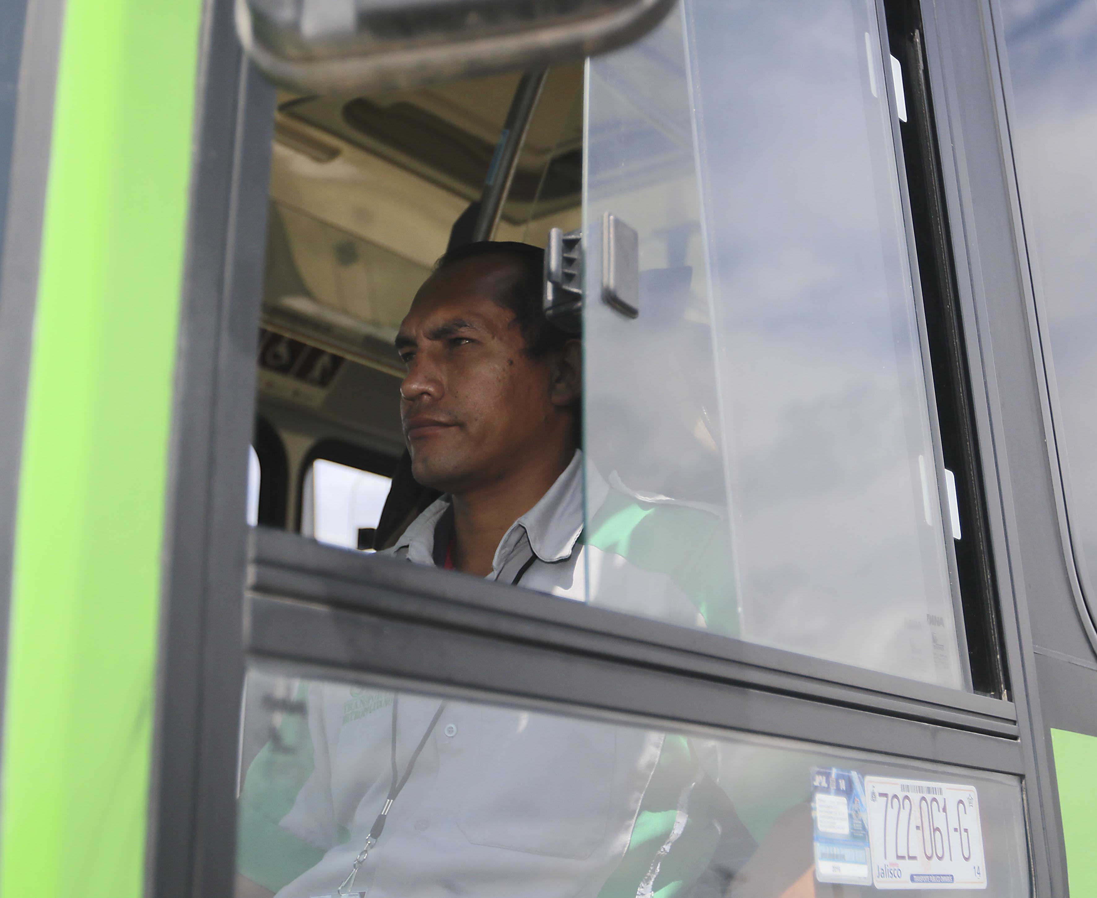 Chofer conduciendo unidad de la ruta 368