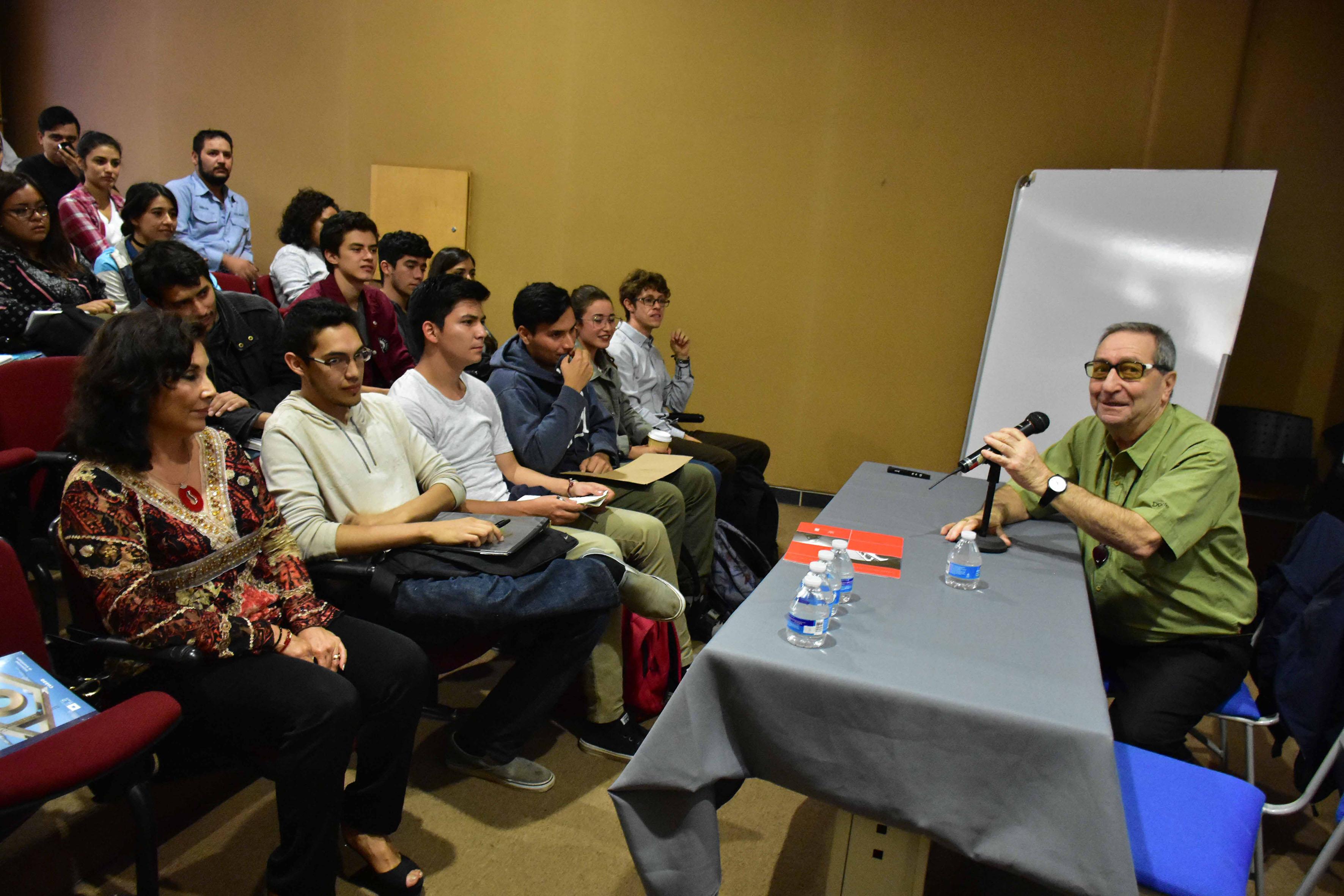 Asistentes y presidium de las charlas organizadas por el Departamento de Producción y Desarrollo y la Maestría en Ergonomía del CUAAD