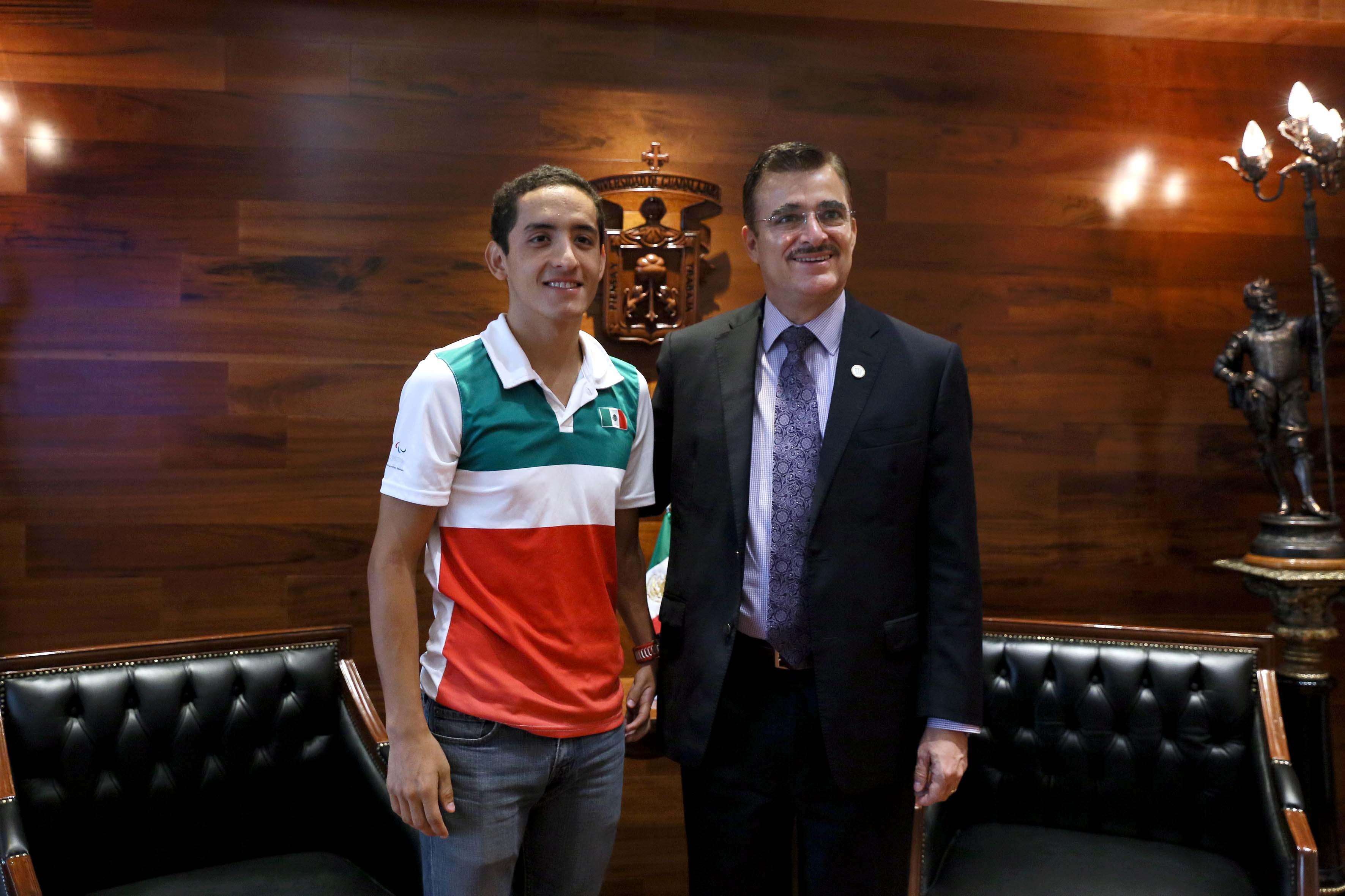 Itzcóatl Tonatiuh Bravo Padilla en una reunión con el estudiante José Abraham Estrada Sierra